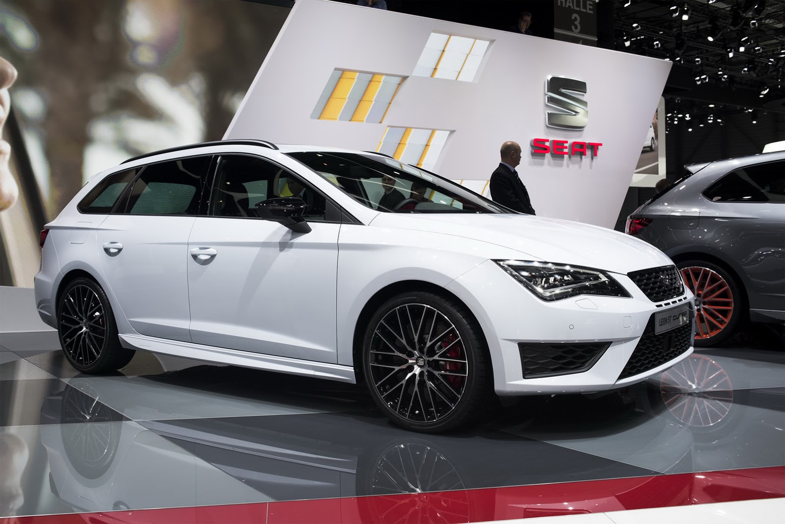 guy driving seat leon st cupra 280 plays cat and mouse with a giulia qv prototype autoevolution. Black Bedroom Furniture Sets. Home Design Ideas
