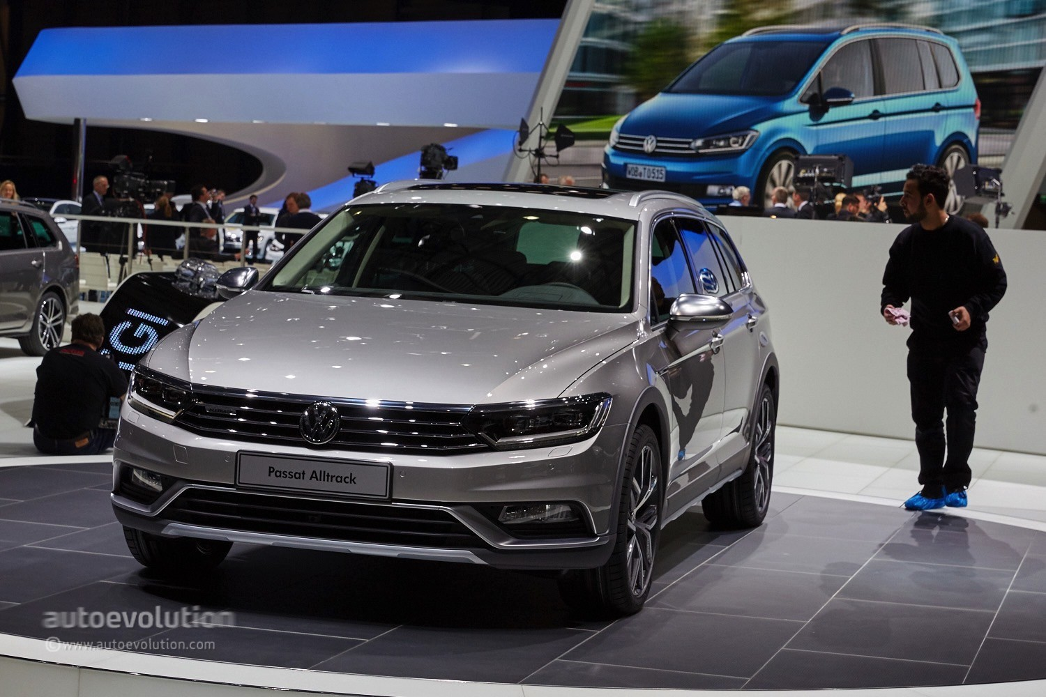 Passat Alltrack Usa >> 2015 Volkswagen Passat Alltrack Makes A First Appearance In