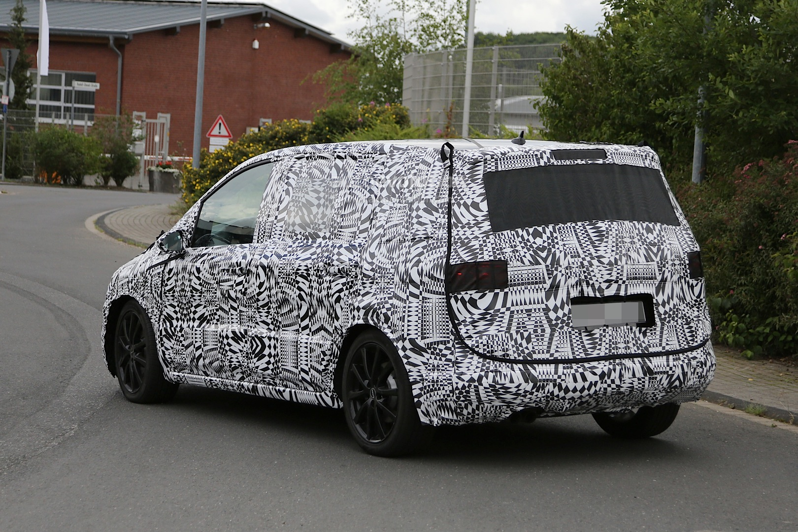 2015 - [Volkswagen] Touran - Page 3 2015-volkswagen-touran-spied-with-led-headlights_14