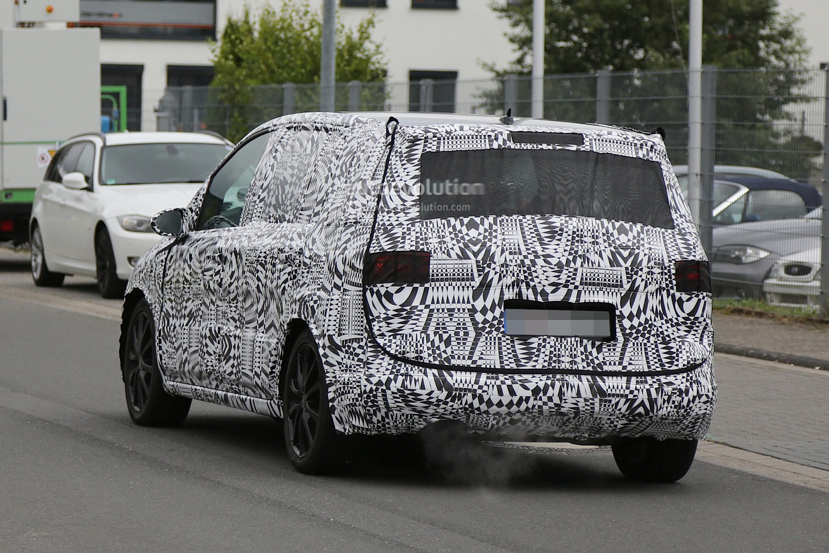 2015 - [Volkswagen] Touran - Page 3 2015-volkswagen-touran-spied-with-led-headlights_7