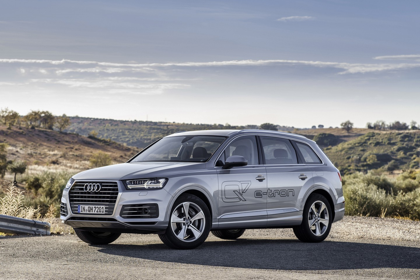 2016 audi q7 e tron quattro launched in germany 0 to 100 km h in 6 seconds 1 7 l 100km. Black Bedroom Furniture Sets. Home Design Ideas
