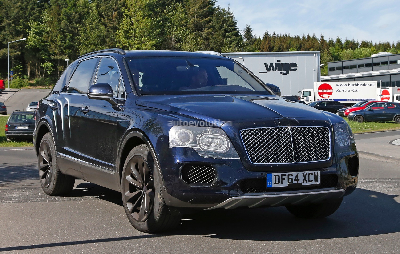 2016 bentley bentayga suv spotted nearly camo free autoevolution. Black Bedroom Furniture Sets. Home Design Ideas