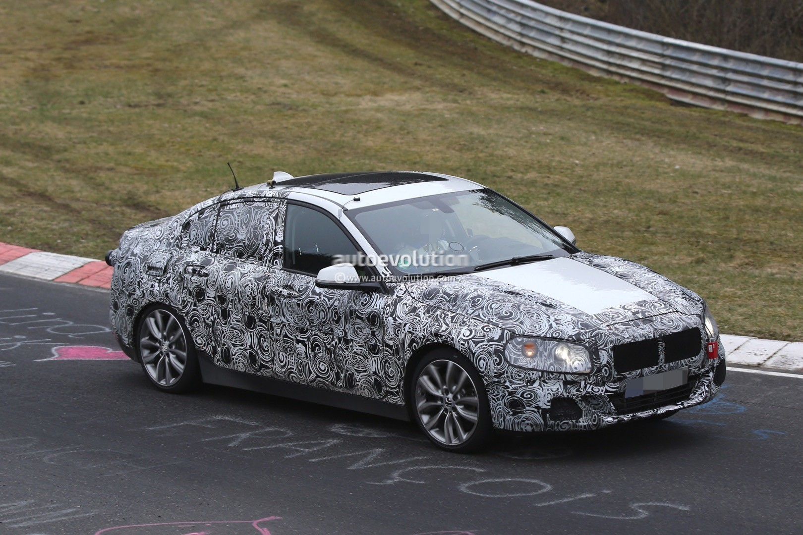2016 - [BMW] Série 1 Sedan [F52] - Page 5 2016-bmw-1-series-sedan-spied-testing-on-the-nurburgring-video_10