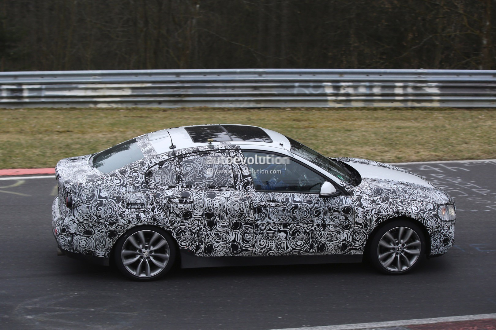 2016 - [BMW] Série 1 Sedan [F52] - Page 5 2016-bmw-1-series-sedan-spied-testing-on-the-nurburgring-video_11