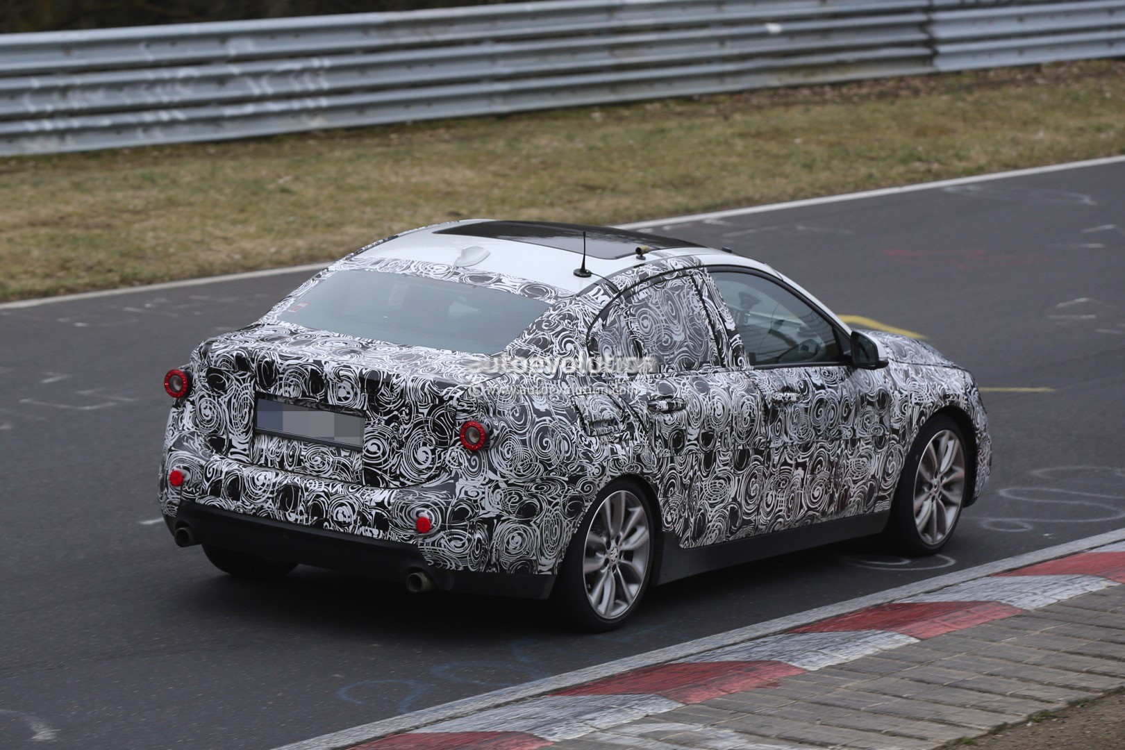 2016 - [BMW] Série 1 Sedan [F52] - Page 5 2016-bmw-1-series-sedan-spied-testing-on-the-nurburgring-video_12