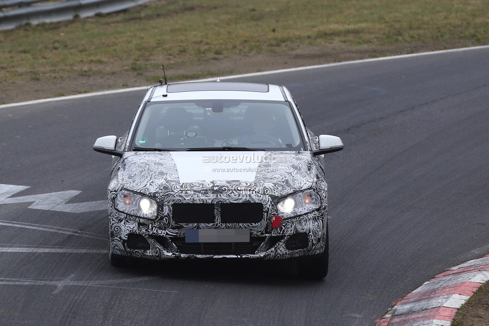 2016 - [BMW] Série 1 Sedan [F52] - Page 5 2016-bmw-1-series-sedan-spied-testing-on-the-nurburgring-video_8