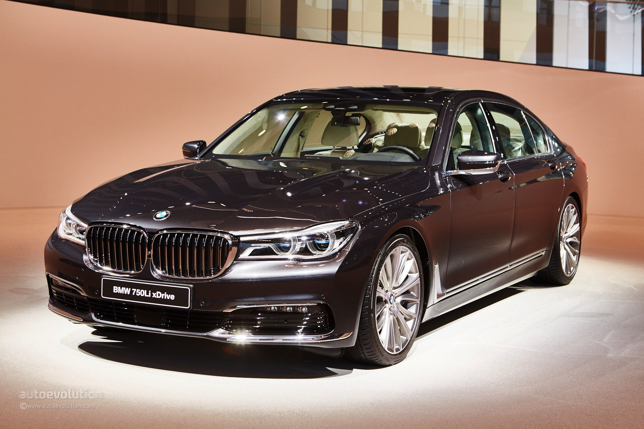 2016 bmw g11 7 series spotted wearing panoramic sunroof autoevolution. Black Bedroom Furniture Sets. Home Design Ideas