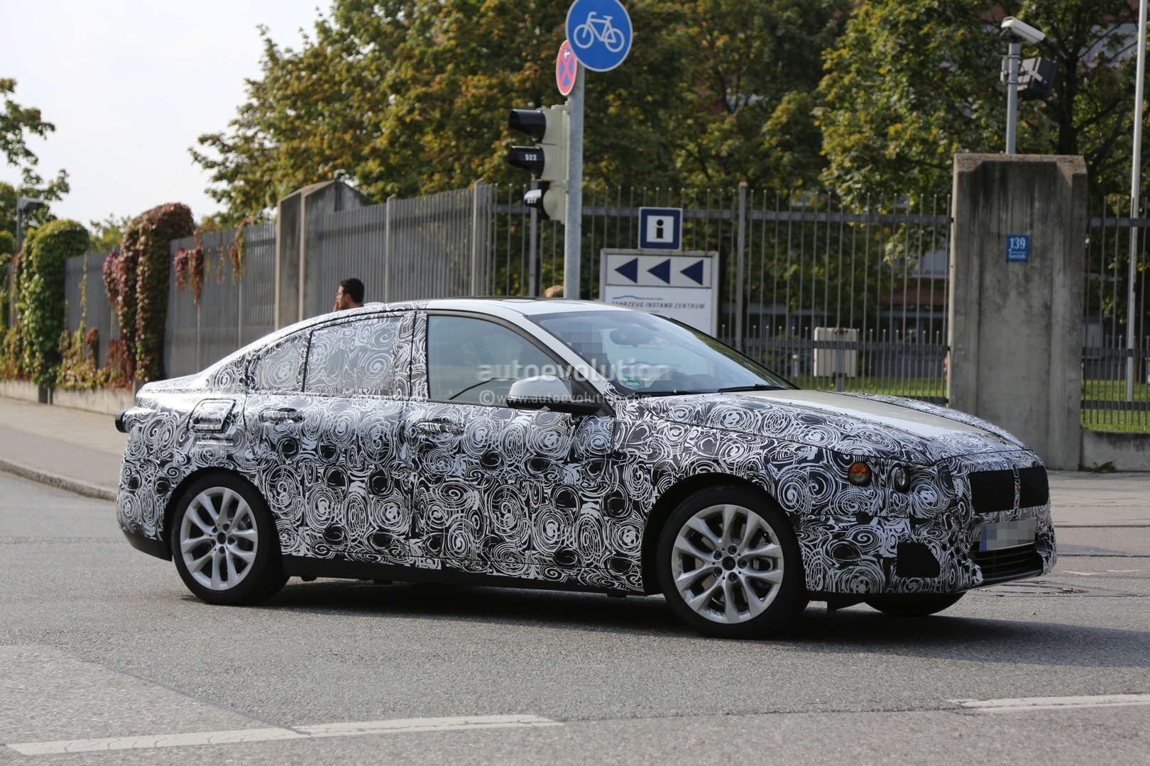 2016 - [BMW] Série 1 Sedan [F52] - Page 2 2016-bmw-f52-1-series-sedan-spied-for-the-first-time-photo-gallery_10