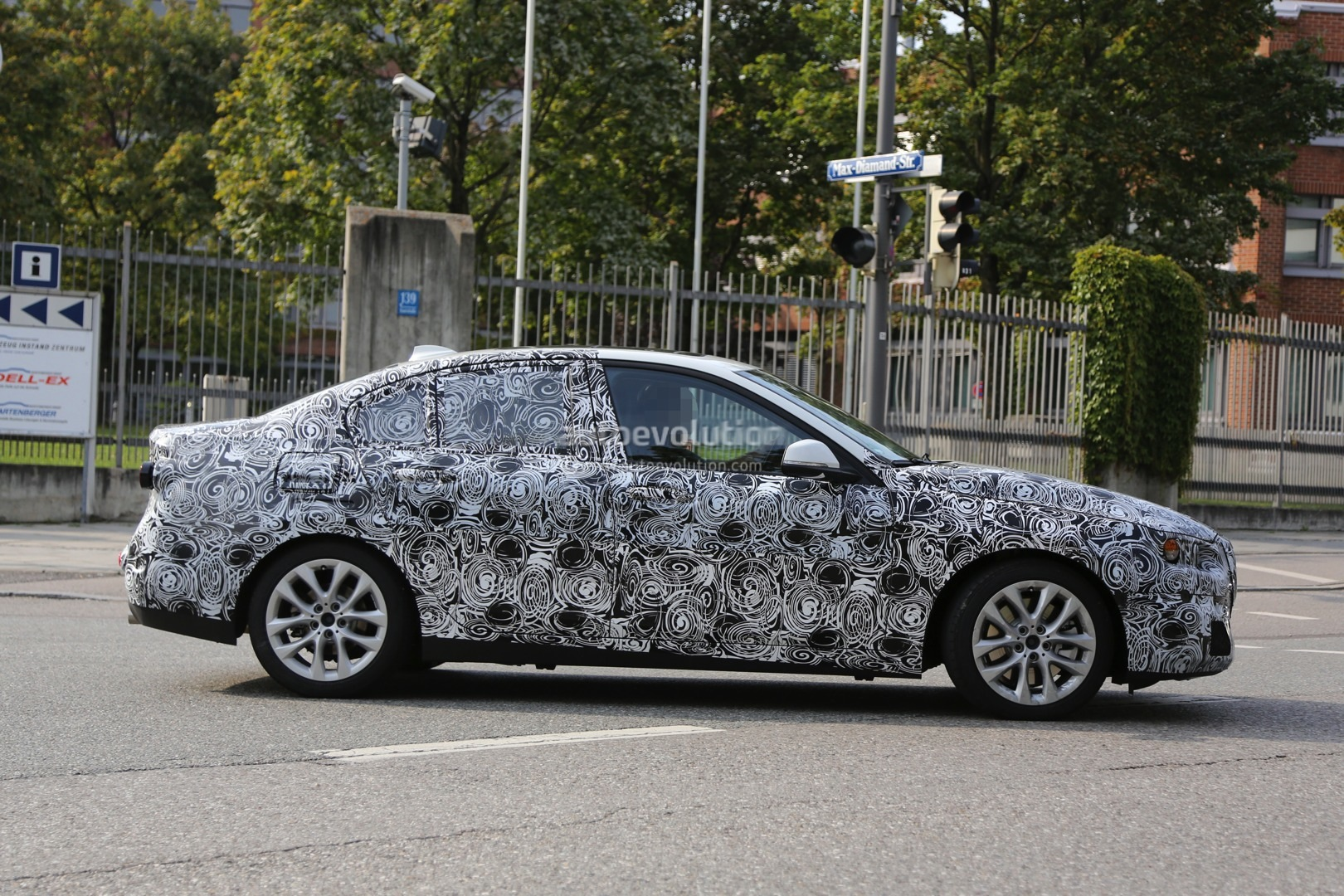 2016 - [BMW] Série 1 Sedan [F52] - Page 2 2016-bmw-f52-1-series-sedan-spied-for-the-first-time-photo-gallery_11