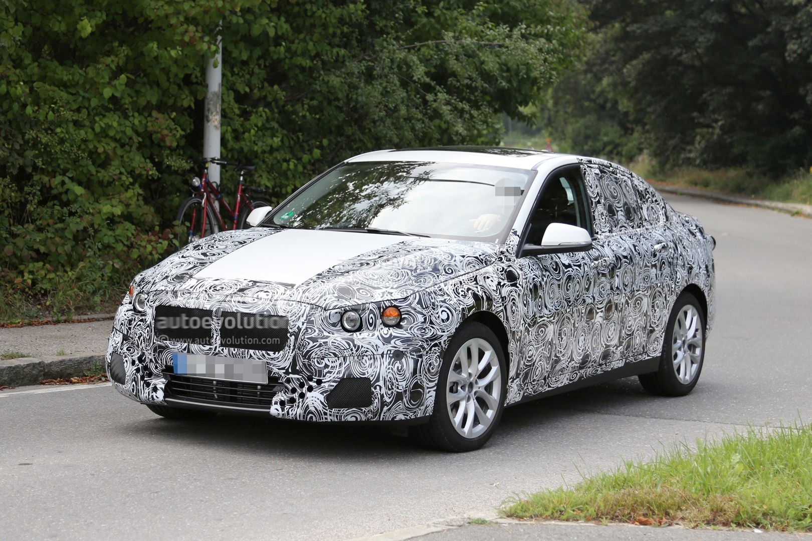 2016 - [BMW] Série 1 Sedan [F52] - Page 2 2016-bmw-f52-1-series-sedan-spied-for-the-first-time-photo-gallery_2