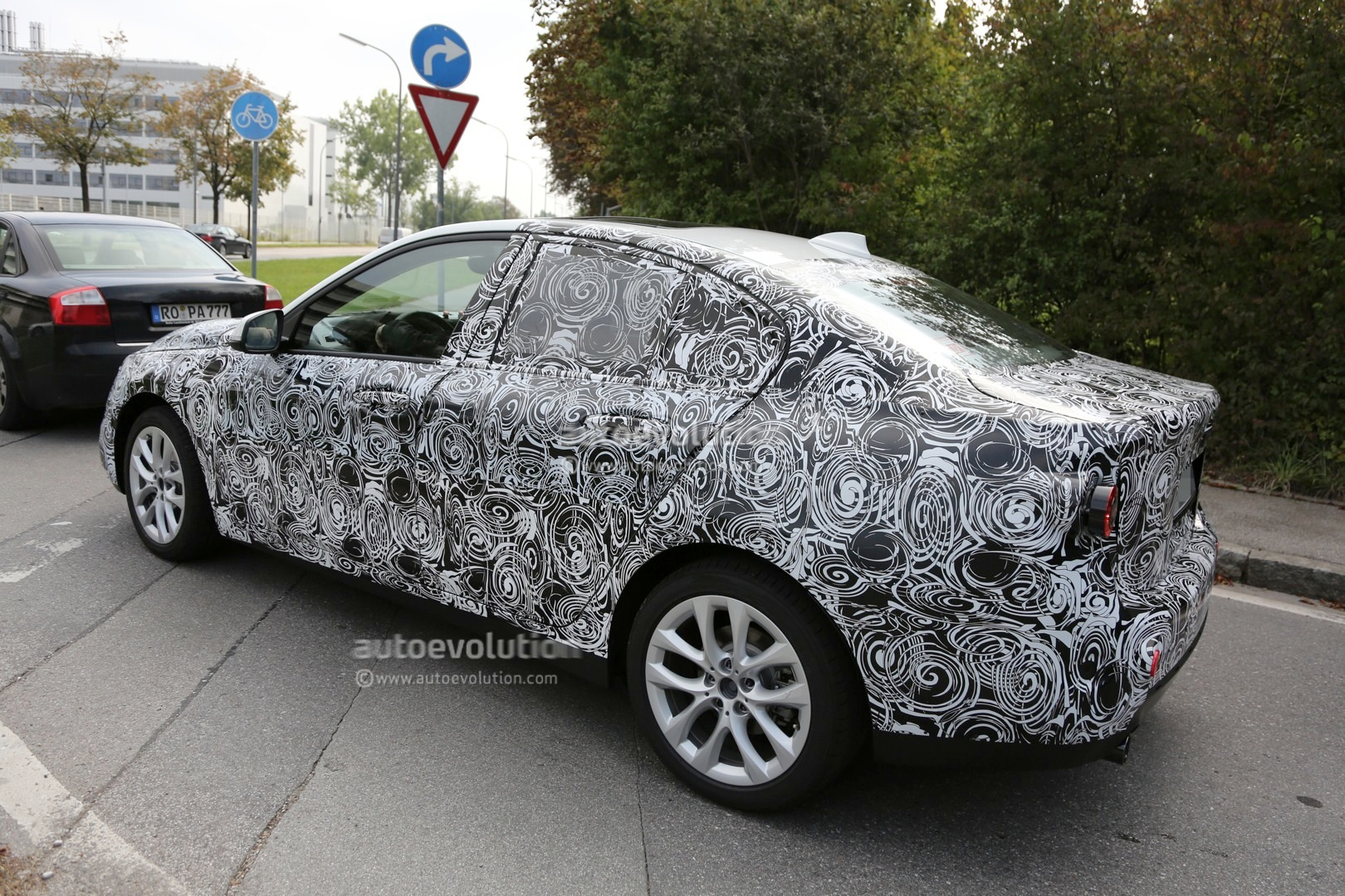 2016 - [BMW] Série 1 Sedan [F52] - Page 2 2016-bmw-f52-1-series-sedan-spied-for-the-first-time-photo-gallery_5