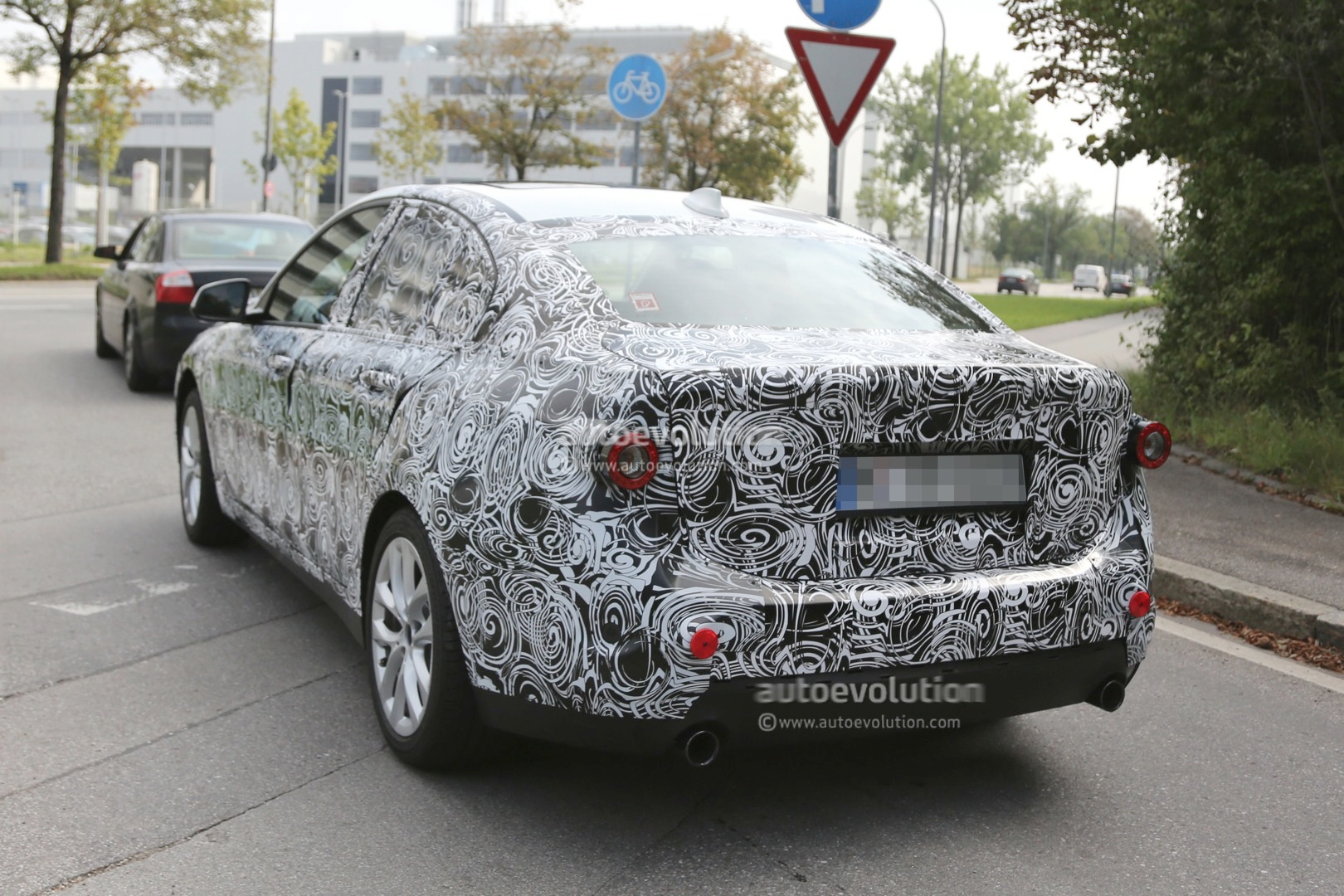 2016 - [BMW] Série 1 Sedan [F52] - Page 2 2016-bmw-f52-1-series-sedan-spied-for-the-first-time-photo-gallery_6