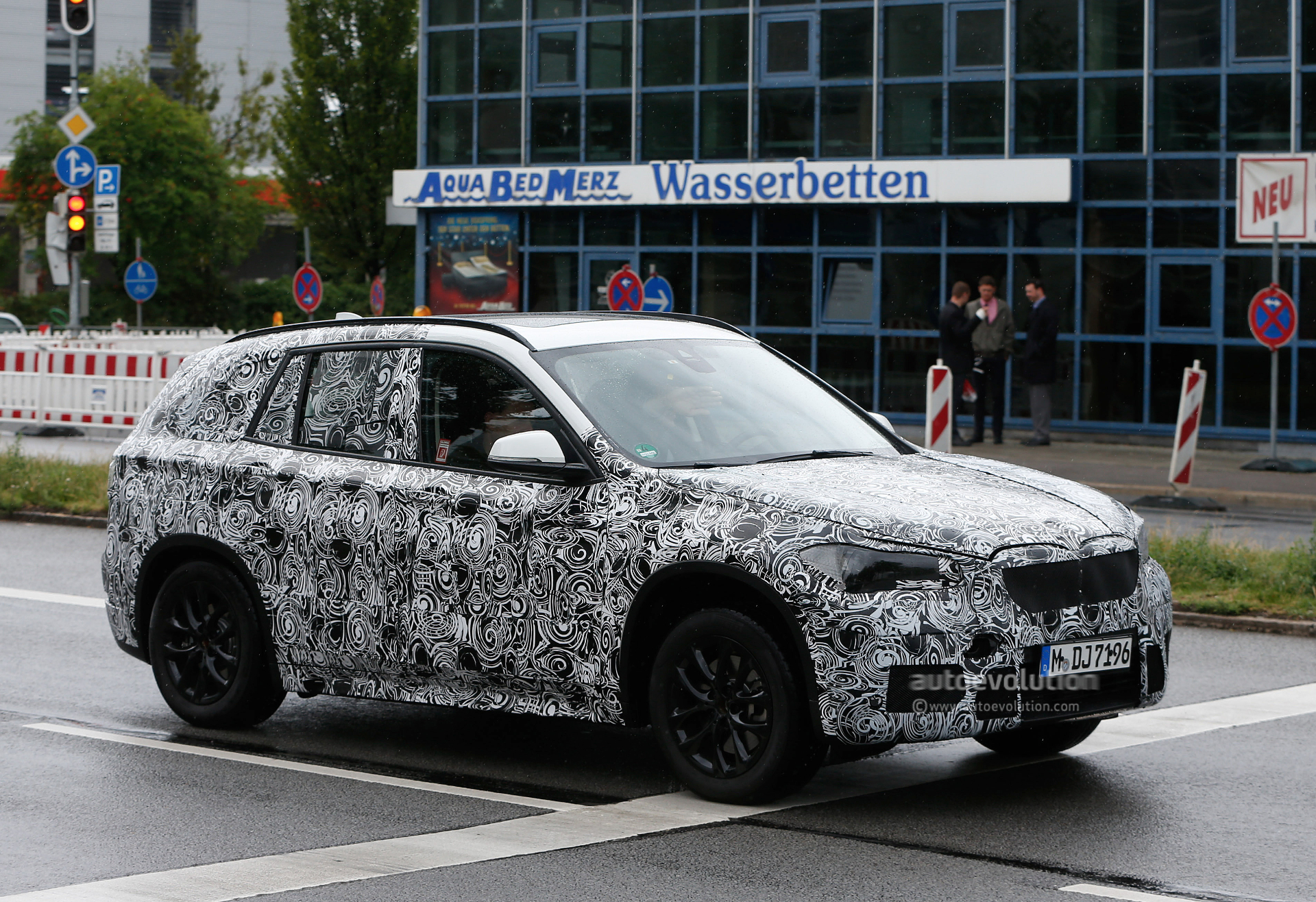 2015 - [BMW] X1 II [F48] - Page 5 2016-bmw-x1-spied-wearing-production-headlights-photo-gallery_2