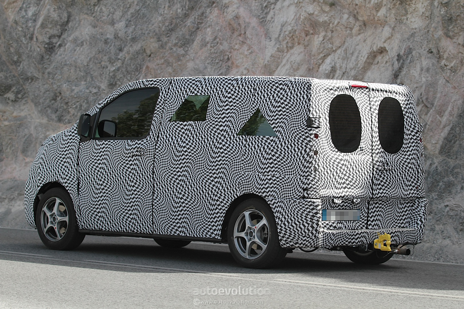 2016 - [Citroën/Peugeot/Toyota] SpaceTourer/Traveller/ProAce - Page 3 2016-citroen-jumpy-peugeot-expert-spied-photo-gallery_5
