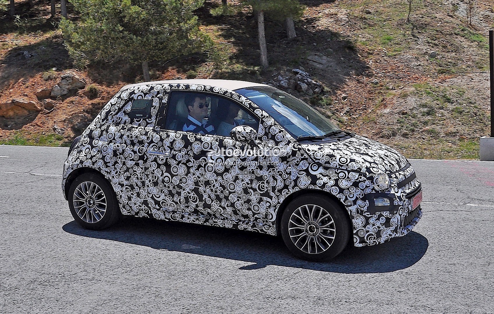 2015 - [Fiat] 500 Restylée - Page 12 2016-fiat-500-facelift-spied-testing-under-the-summer-sun-photo-gallery_3