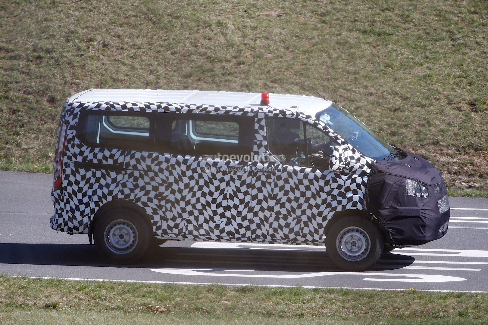 2017 - [Ford] Tourneo/Transit restylé 2016-ford-transit-custom-facelift-spied-for-the-first-time-photo-gallery_4