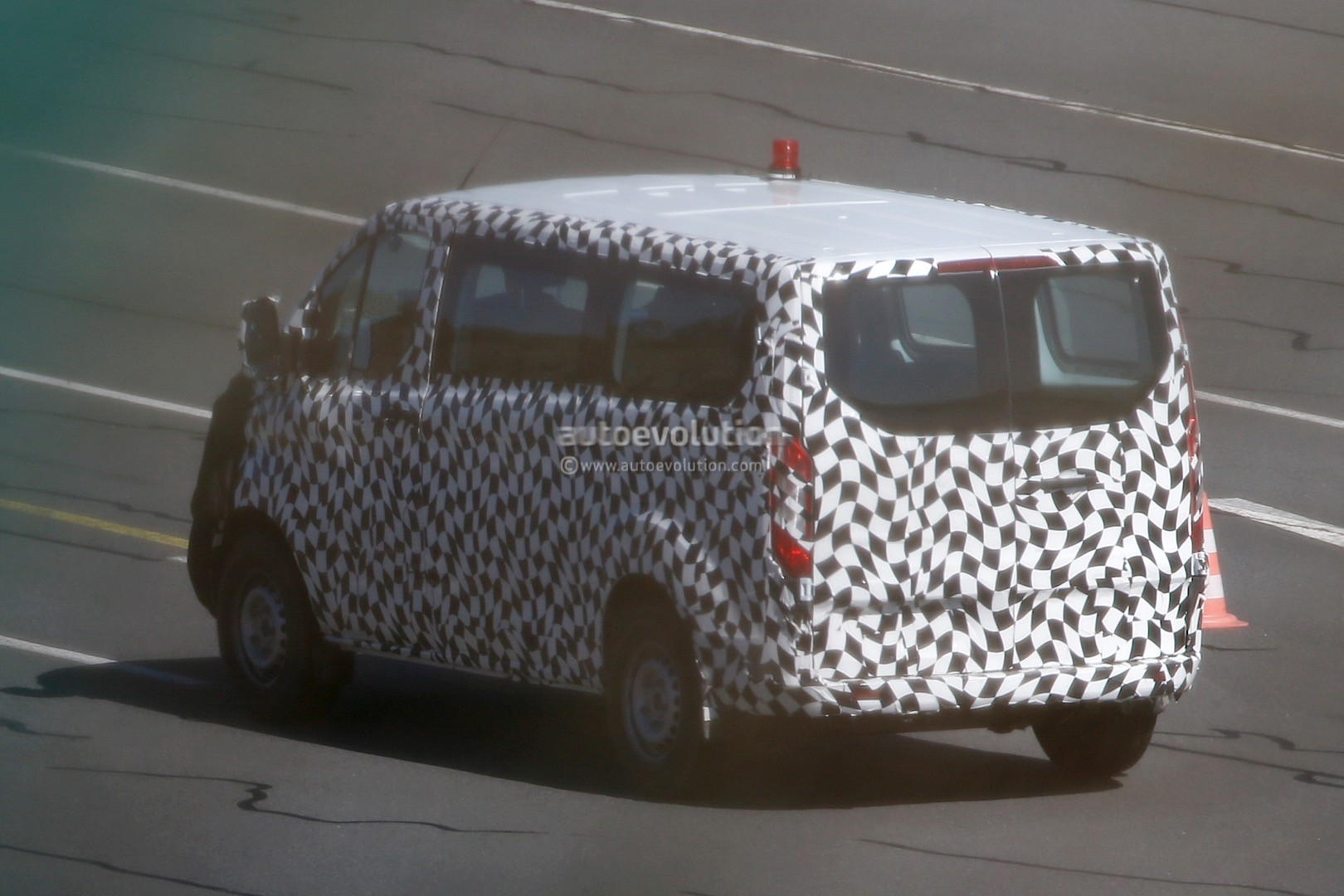 2017 - [Ford] Tourneo/Transit restylé 2016-ford-transit-custom-facelift-spied-for-the-first-time-photo-gallery_6