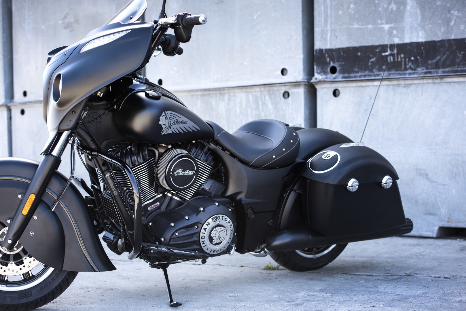 2016 indian chieftain dark horse is a neat bagger could have been darker autoevolution. Black Bedroom Furniture Sets. Home Design Ideas