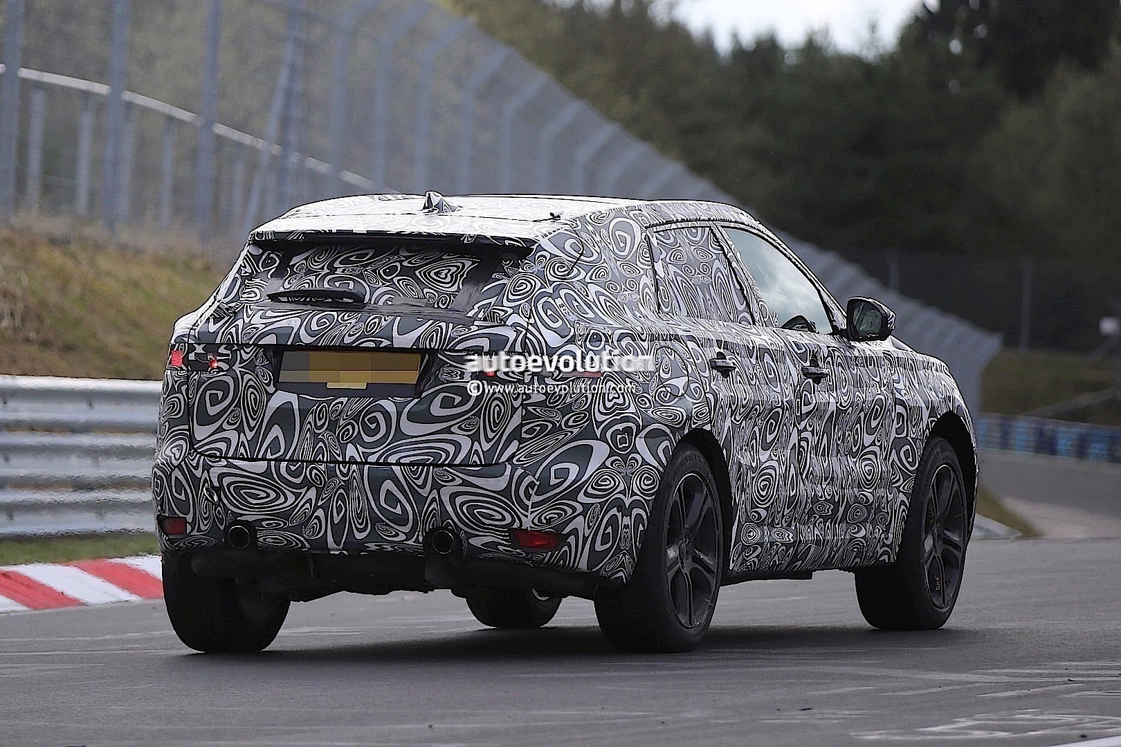 2015 - [Jaguar] F-Pace - Page 8 2016-jaguar-f-type-suv-spied-lapping-the-nurburgring-photo-gallery_12