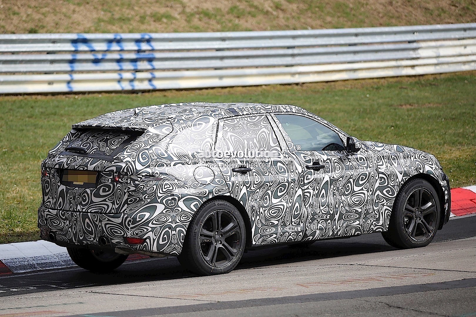 2015 - [Jaguar] F-Pace - Page 8 2016-jaguar-f-type-suv-spied-lapping-the-nurburgring-photo-gallery_4