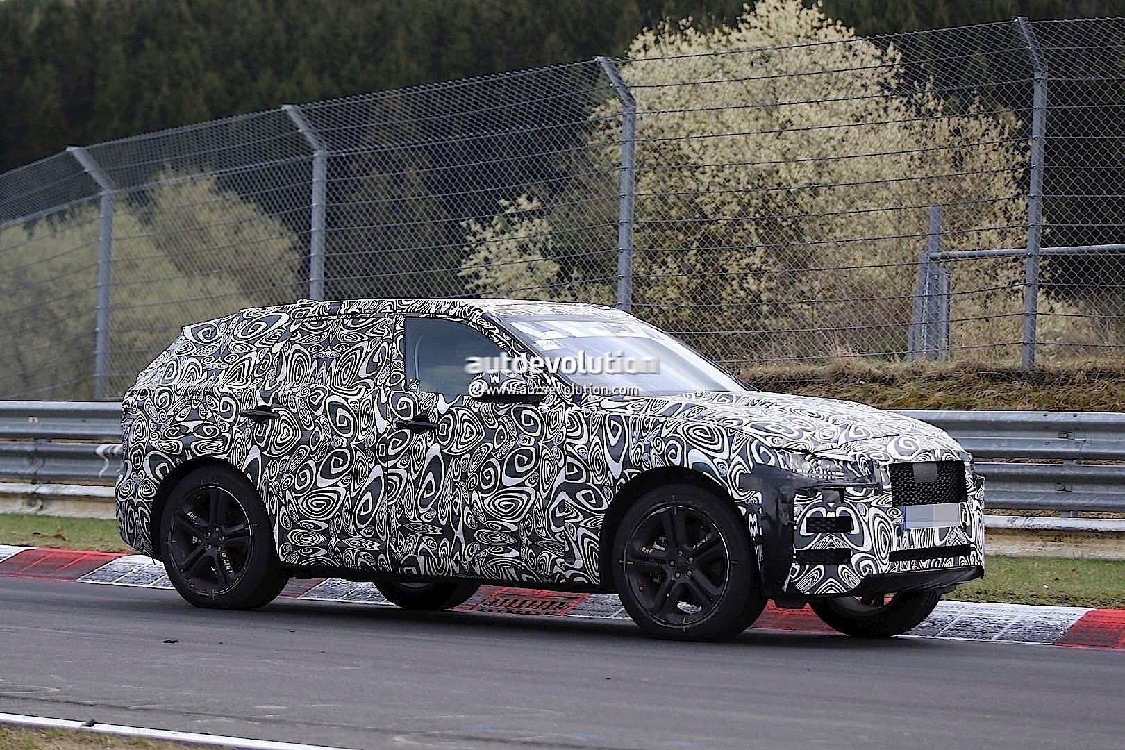 2015 - [Jaguar] F-Pace - Page 8 2016-jaguar-f-type-suv-spied-lapping-the-nurburgring-photo-gallery_9