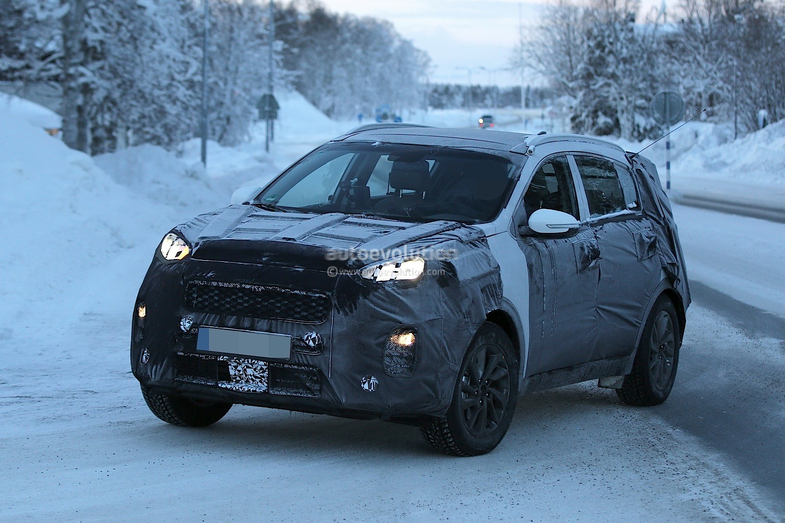2016 kia sportage spied looks like a bigger kx3 with sorento dna autoevolution. Black Bedroom Furniture Sets. Home Design Ideas