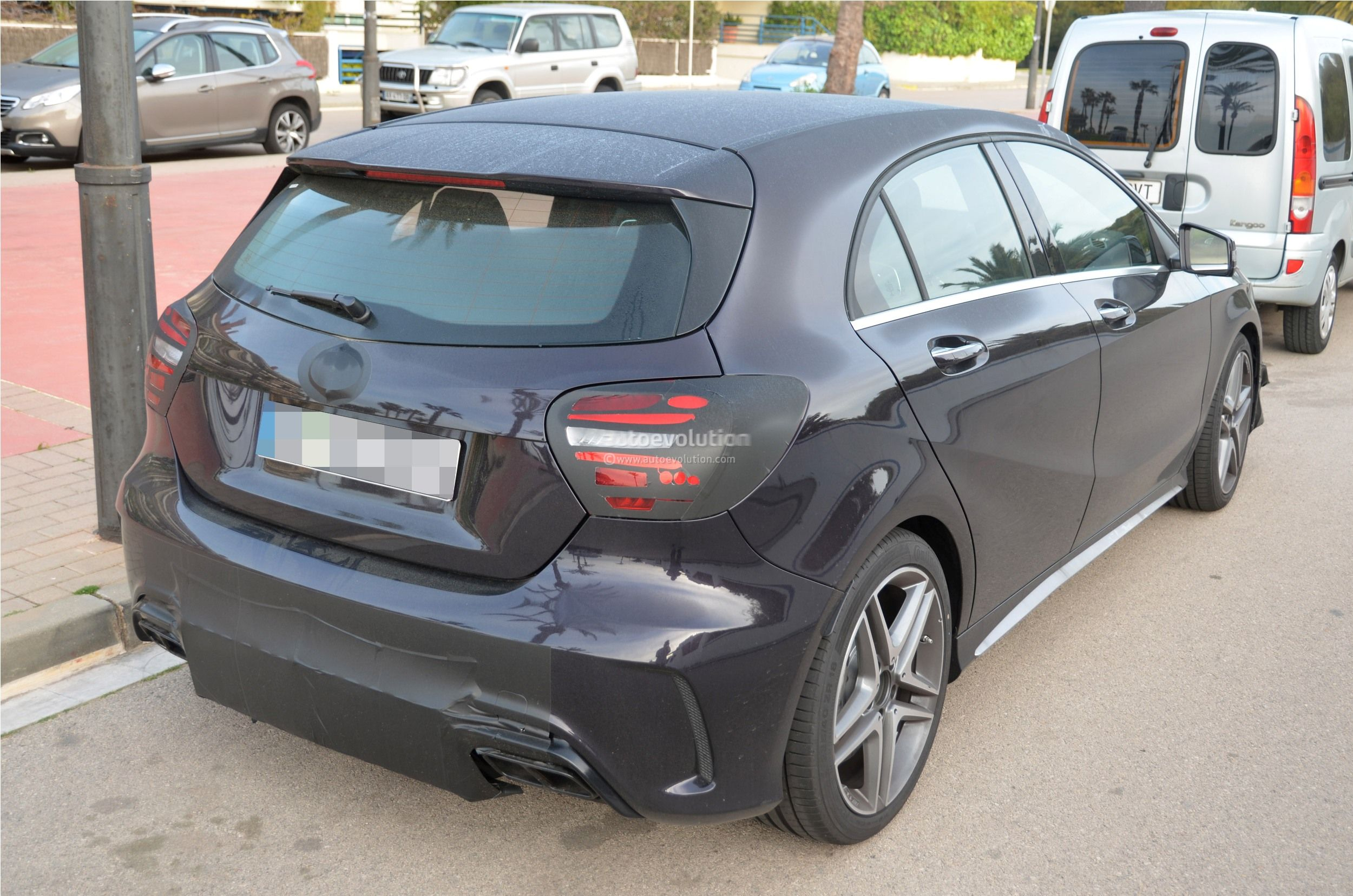 2016 - [Mercedes] Classe A restylée - Page 5 2016-mercedes-benz-a-45-amg-facelift-spied-photo-gallery_8