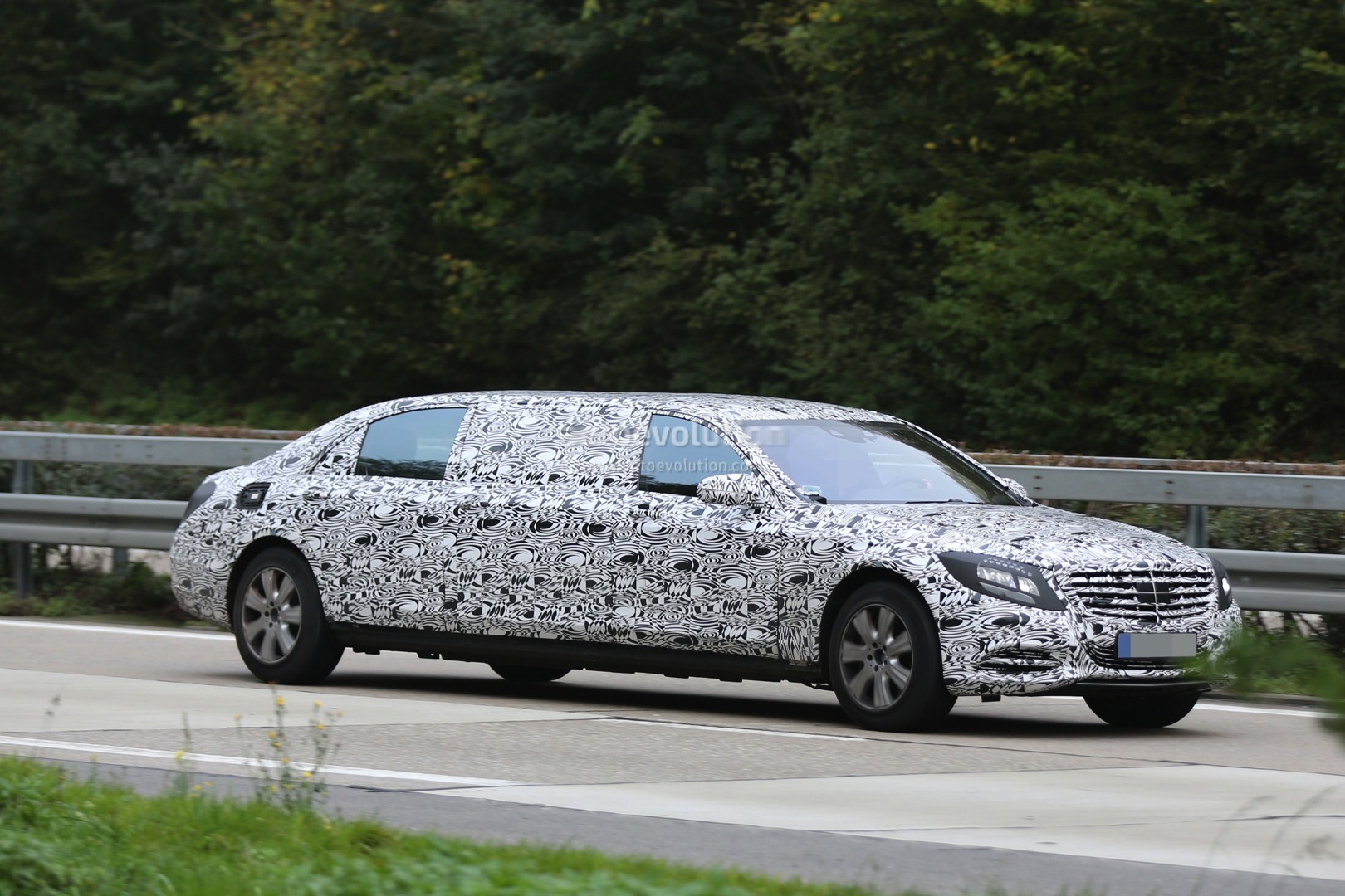 https://s1.cdn.autoevolution.com/images/news/gallery/2016-mercedes-benz-s-600-pullman-spied-getting-closer-to-production-photo-gallery_14.jpg