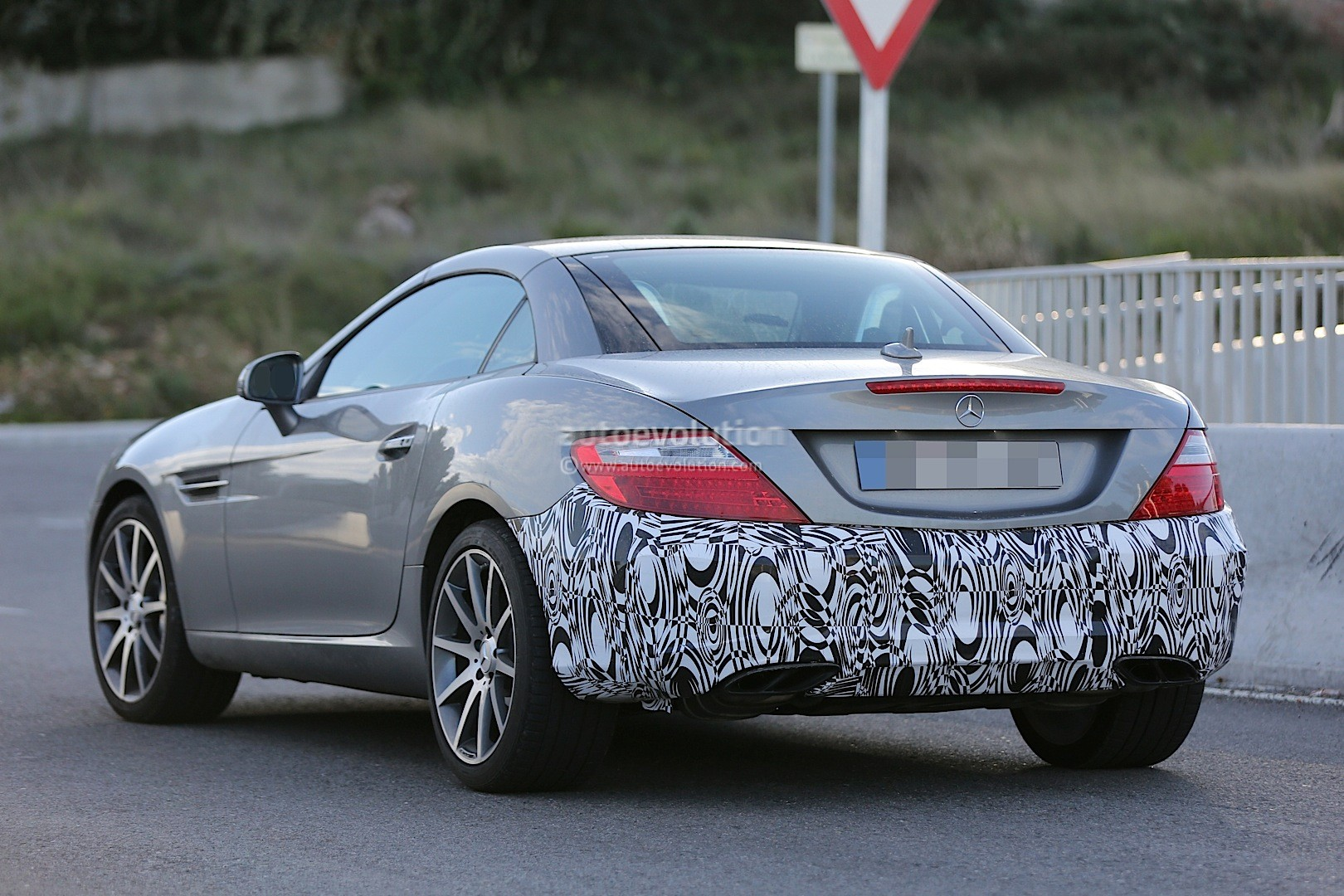 2015 - [Mercedes] SLC (ex-SLK) [R172] 2016-mercedes-benz-slc-is-a-mid-cycle-facelift-for-the-slk-photo-gallery_2