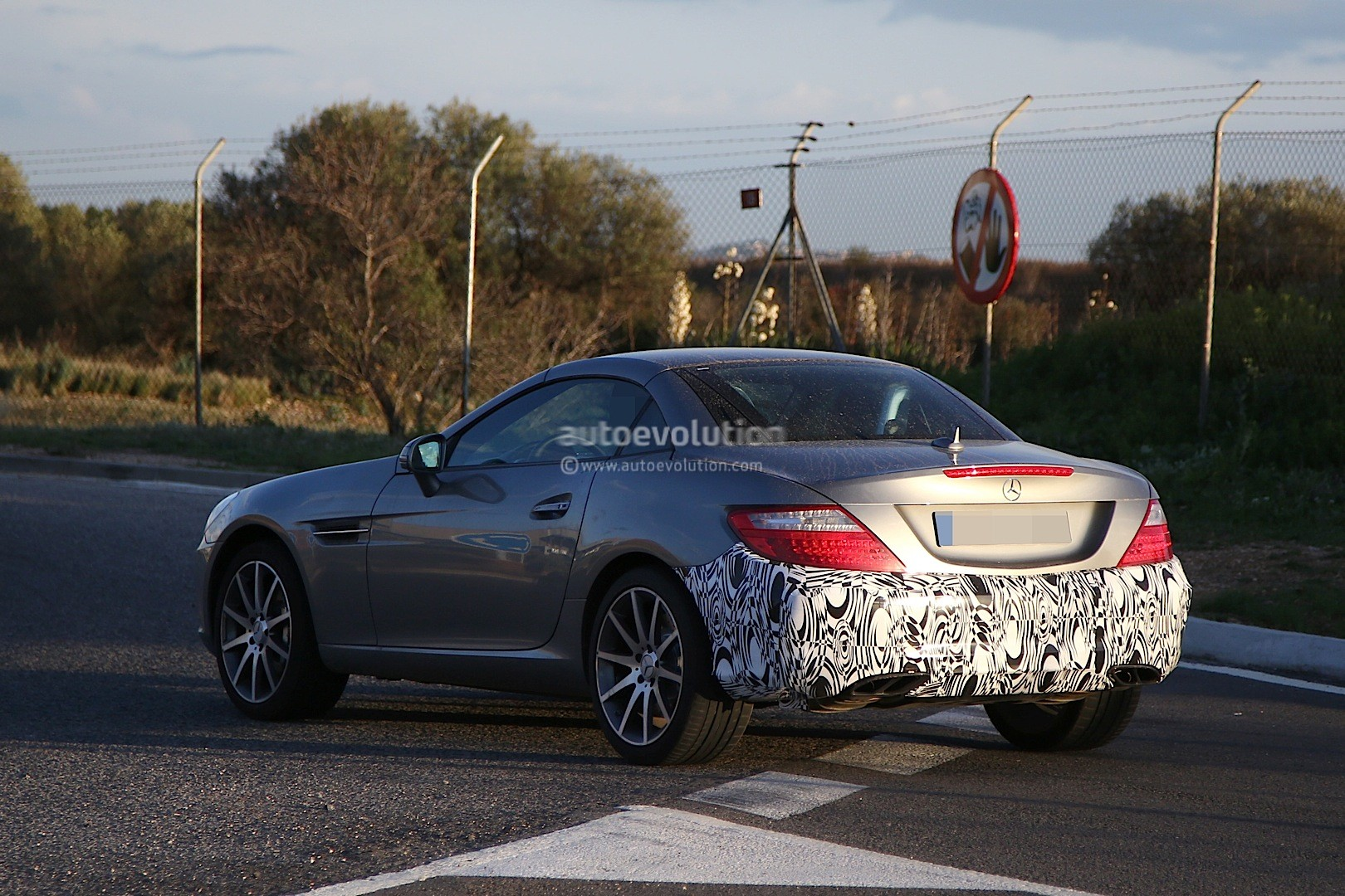 2015 - [Mercedes] SLC (ex-SLK) [R172] 2016-mercedes-benz-slc-is-a-mid-cycle-facelift-for-the-slk-photo-gallery_8