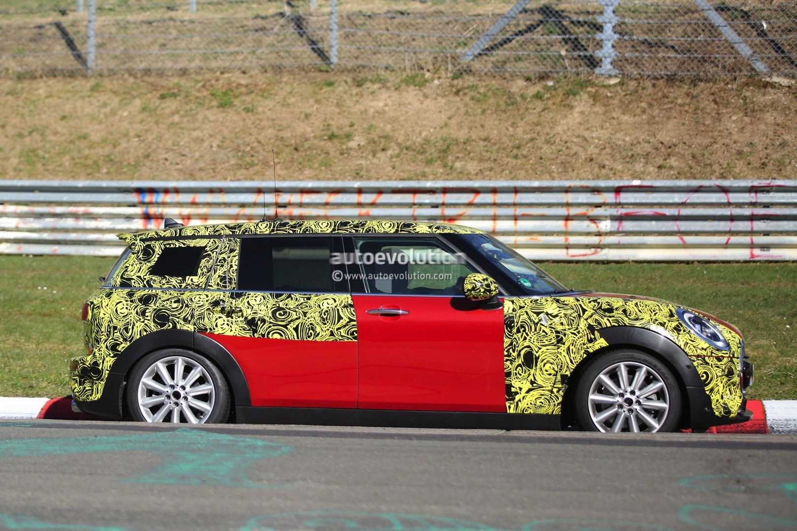 2015 - [Mini] Mini IV Clubman [F54] - Page 13 2016-mini-cooper-s-clubman-shows-new-details-on-the-nurburgring_4