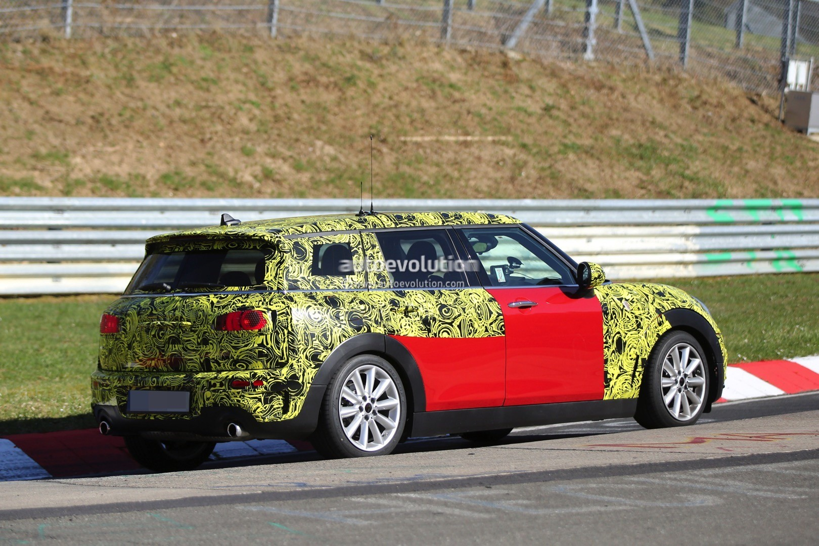 2015 - [Mini] Mini IV Clubman [F54] - Page 13 2016-mini-cooper-s-clubman-shows-new-details-on-the-nurburgring_5