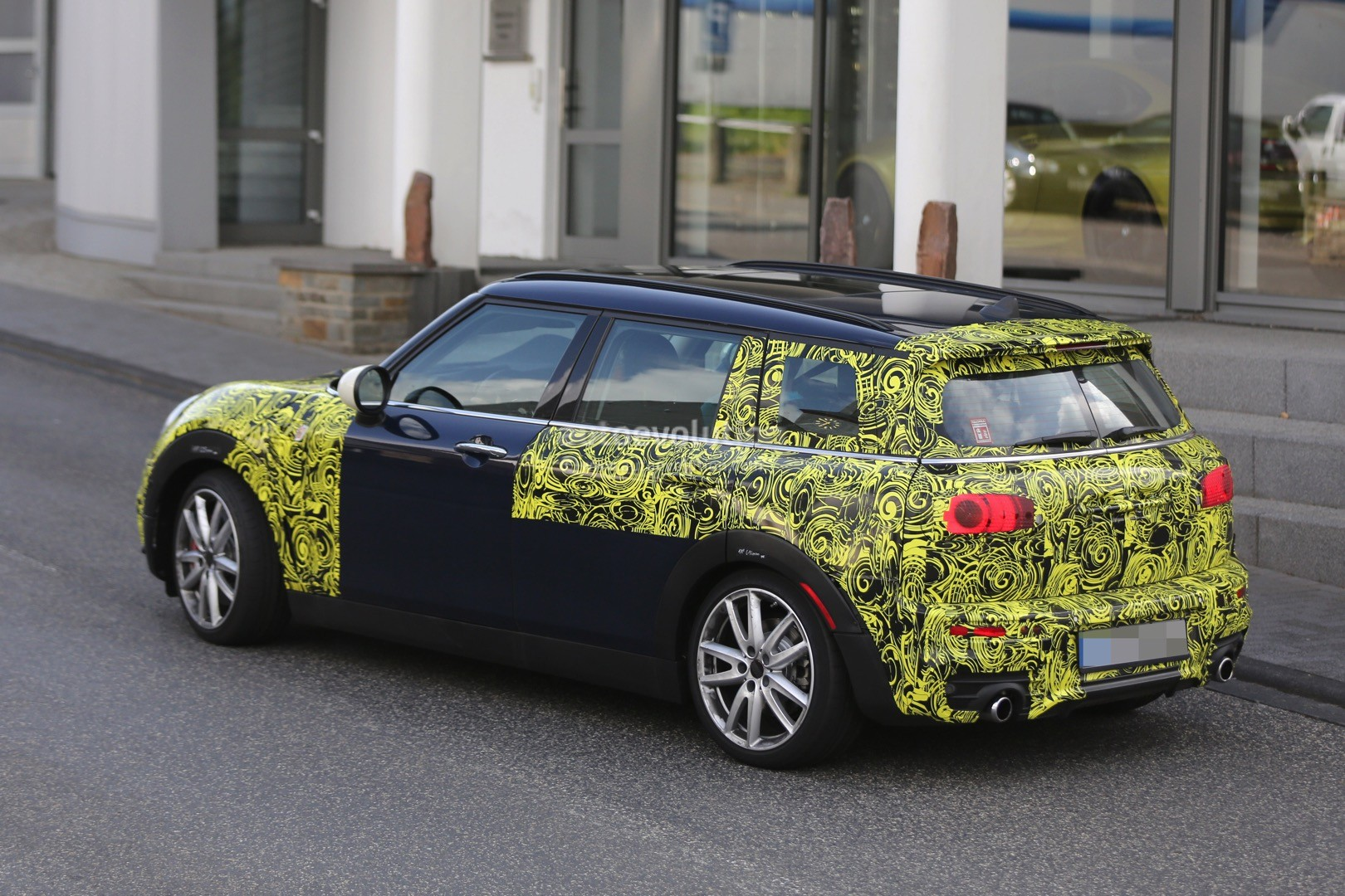 2016 mini cooper s clubman spied with its barn doors open autoevolution. Black Bedroom Furniture Sets. Home Design Ideas