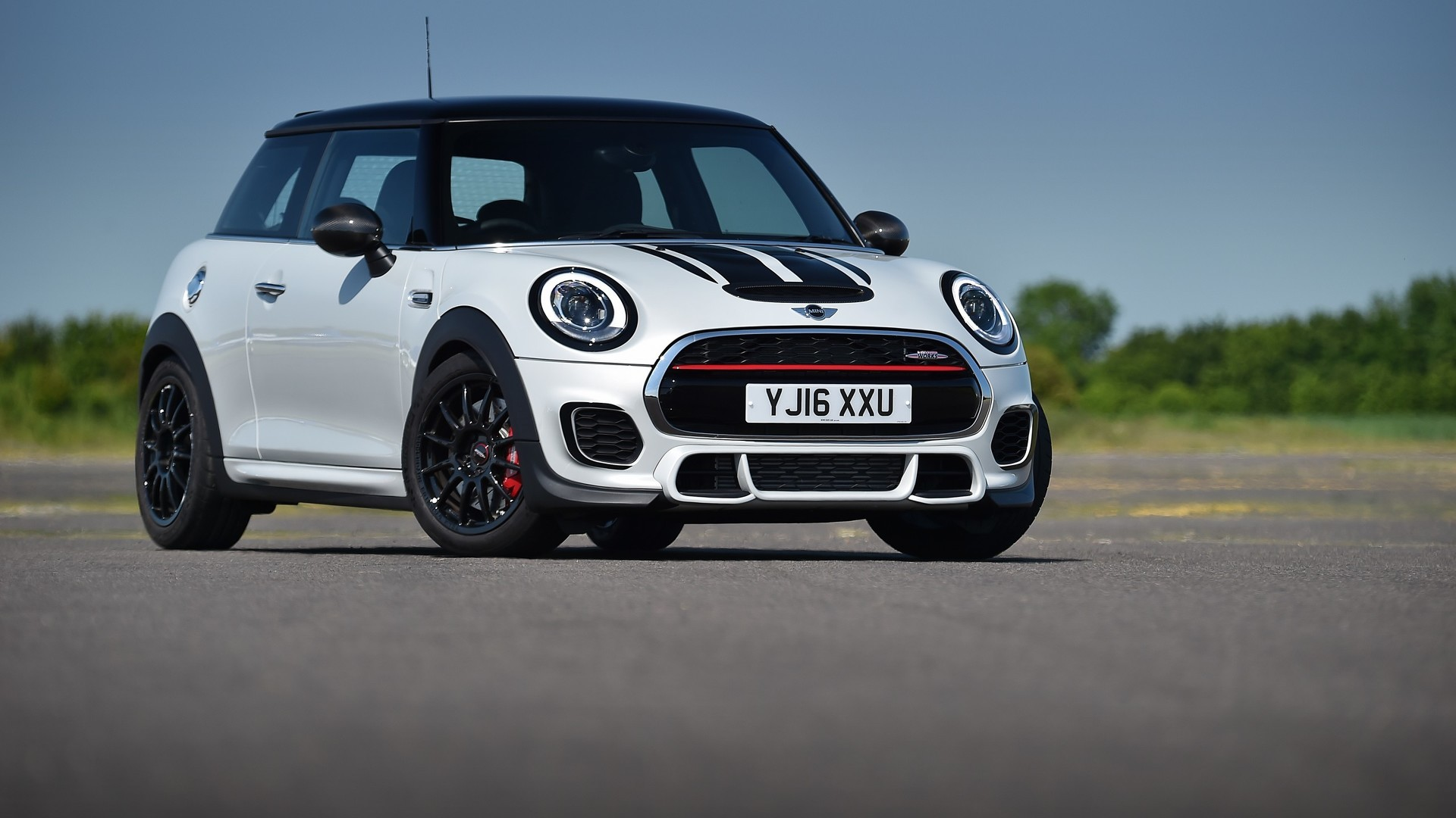 2016 mini jcw challenge is not your typical pocket rocket autoevolution. Black Bedroom Furniture Sets. Home Design Ideas