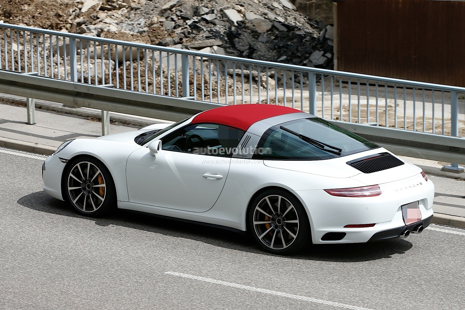 2016 porsche 911 facelift interior revealed in fresh for Porsche 911 interieur