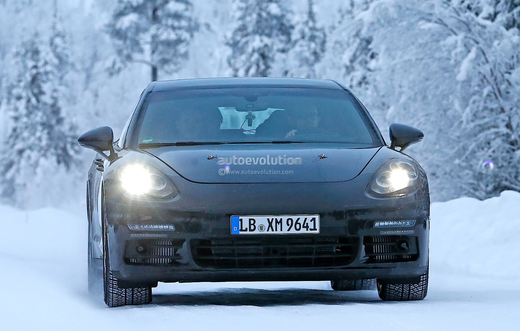 2016 - [Porsche] Panamera II - Page 3 2016-porsche-panamera-spied-playing-in-the-snow-photo-gallery_1