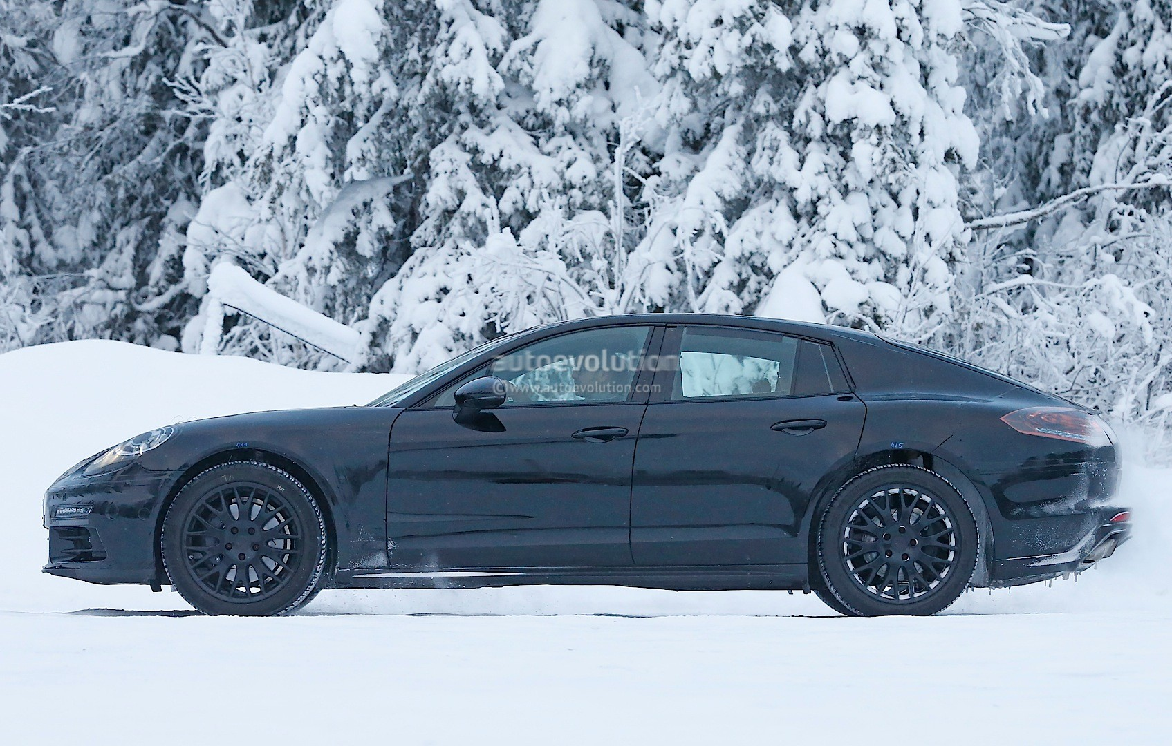 2016 - [Porsche] Panamera II - Page 3 2016-porsche-panamera-spied-playing-in-the-snow-photo-gallery_11