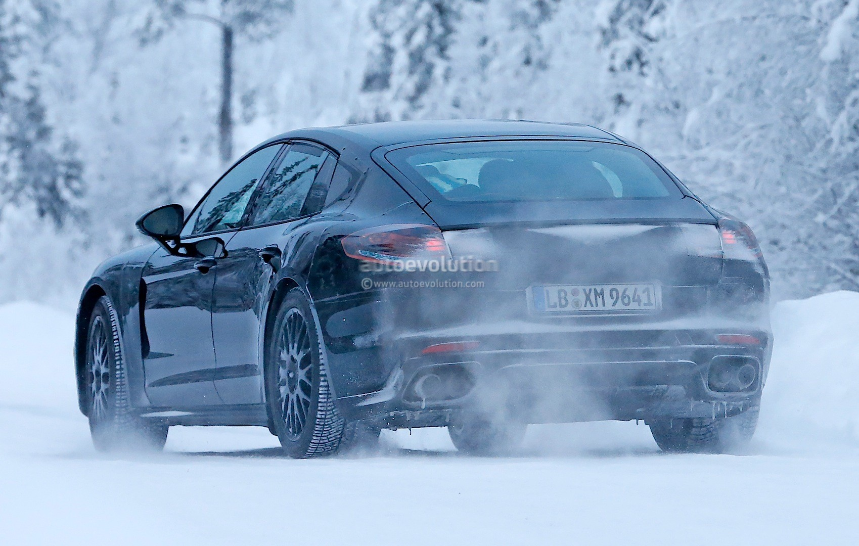 2016 - [Porsche] Panamera II - Page 3 2016-porsche-panamera-spied-playing-in-the-snow-photo-gallery_16