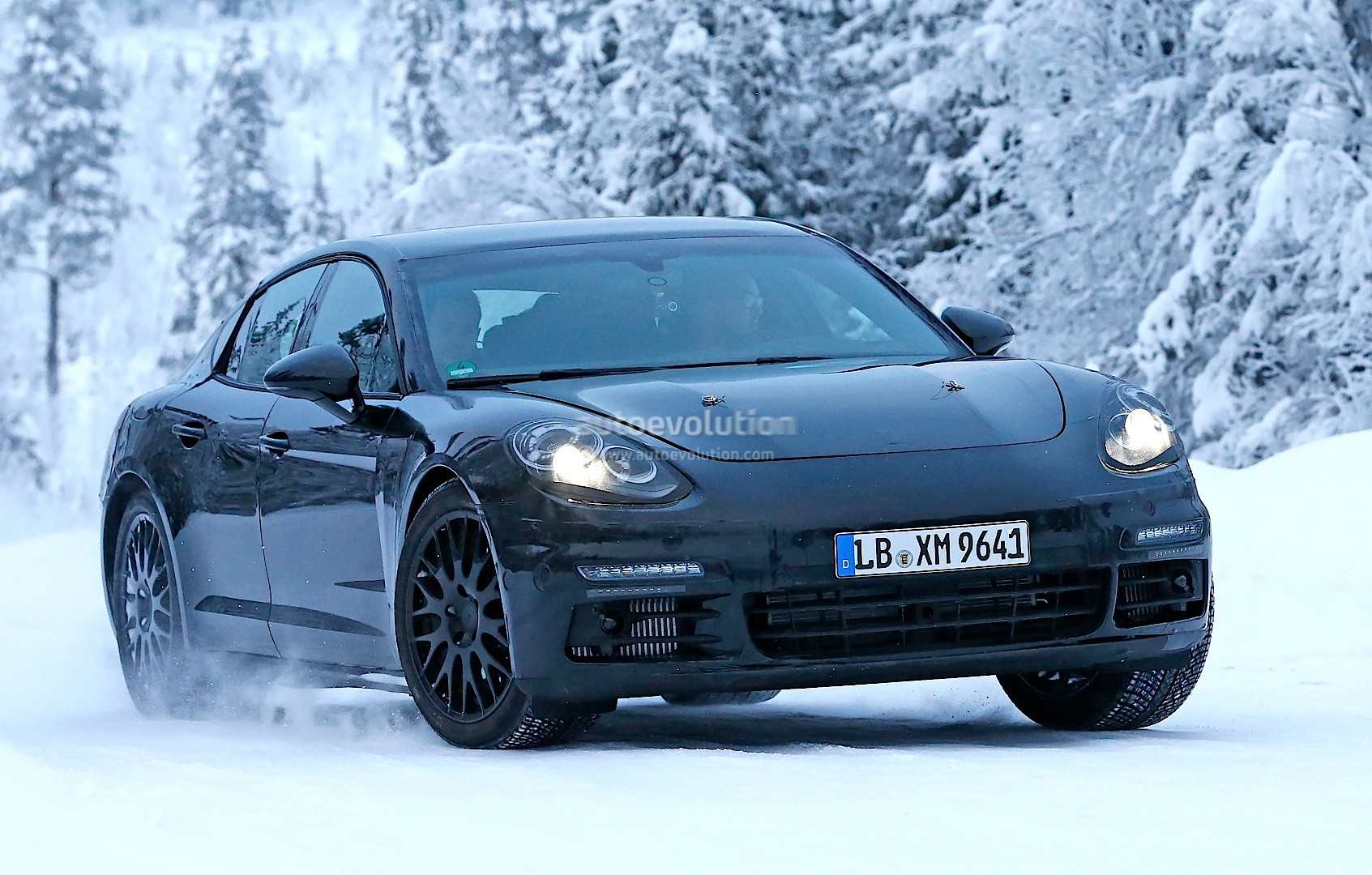 2016 - [Porsche] Panamera II - Page 3 2016-porsche-panamera-spied-playing-in-the-snow-photo-gallery_2