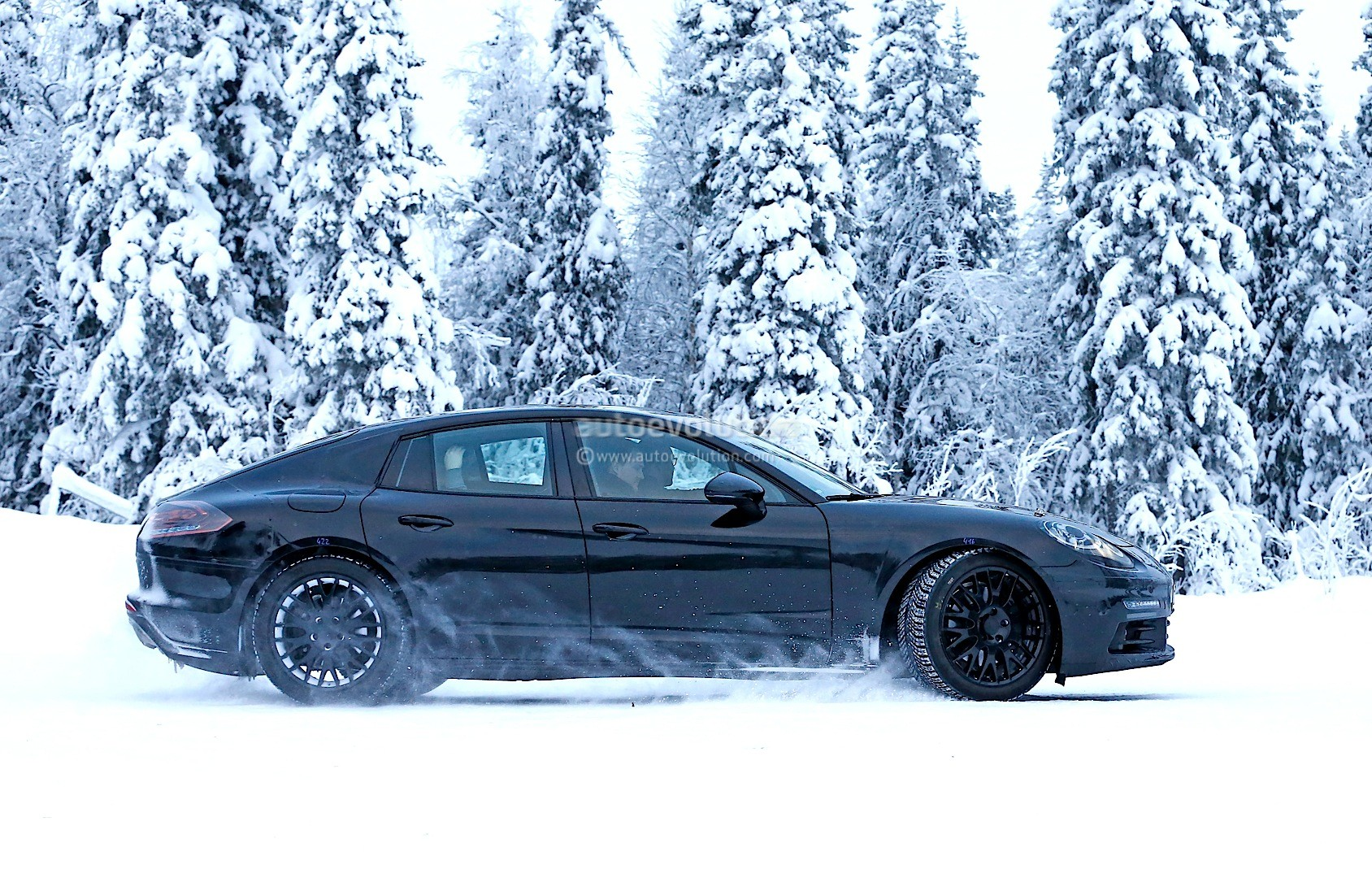 2016 - [Porsche] Panamera II - Page 3 2016-porsche-panamera-spied-playing-in-the-snow-photo-gallery_5