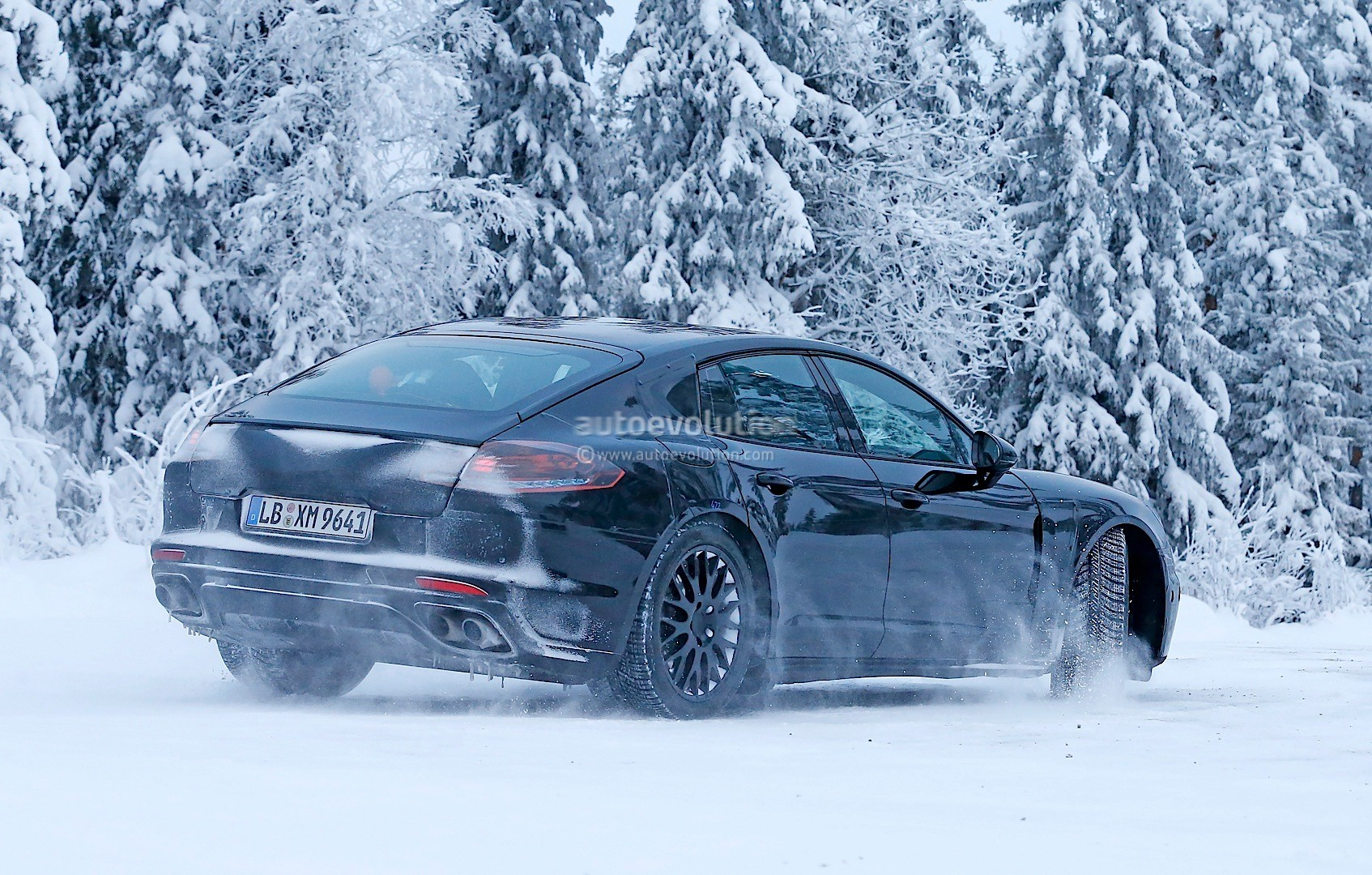 2016 - [Porsche] Panamera II - Page 3 2016-porsche-panamera-spied-playing-in-the-snow-photo-gallery_6
