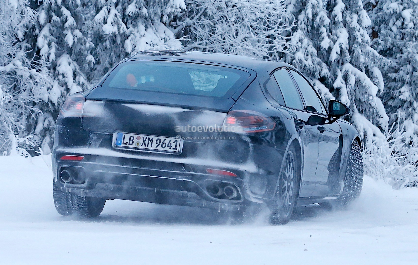 2016 - [Porsche] Panamera II - Page 3 2016-porsche-panamera-spied-playing-in-the-snow-photo-gallery_7