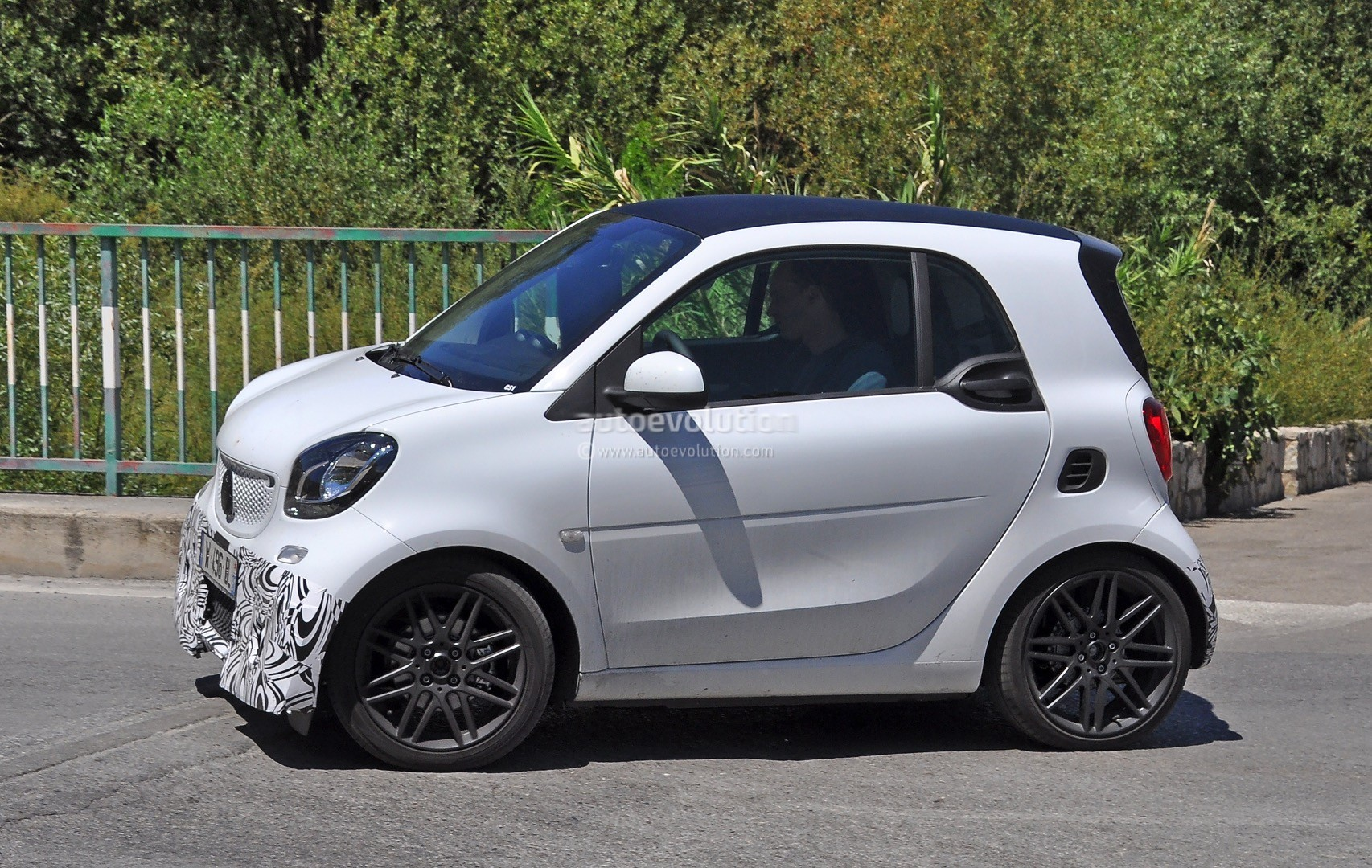 2016 smart fortwo brabus spotted in production guise autoevolution. Black Bedroom Furniture Sets. Home Design Ideas