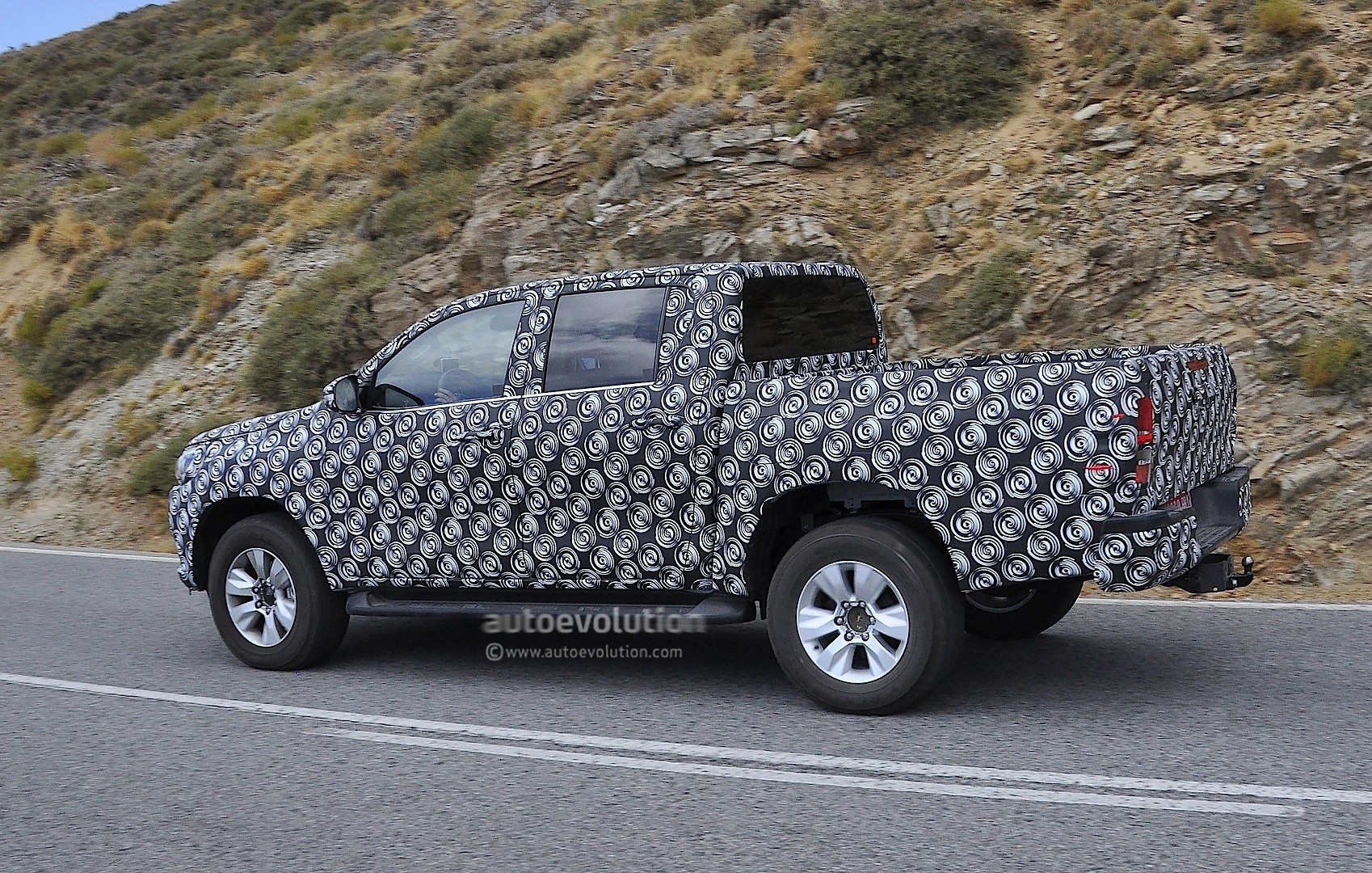 2016 toyota hilux pickup truck spied completely undisguised autoevolution. Black Bedroom Furniture Sets. Home Design Ideas