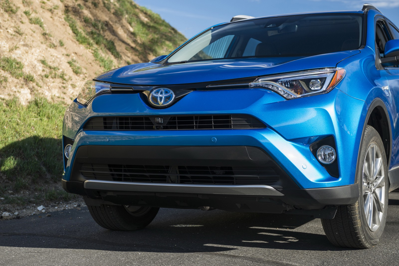 2016 toyota rav4 hybrid pricing announced full specs released autoevolution. Black Bedroom Furniture Sets. Home Design Ideas