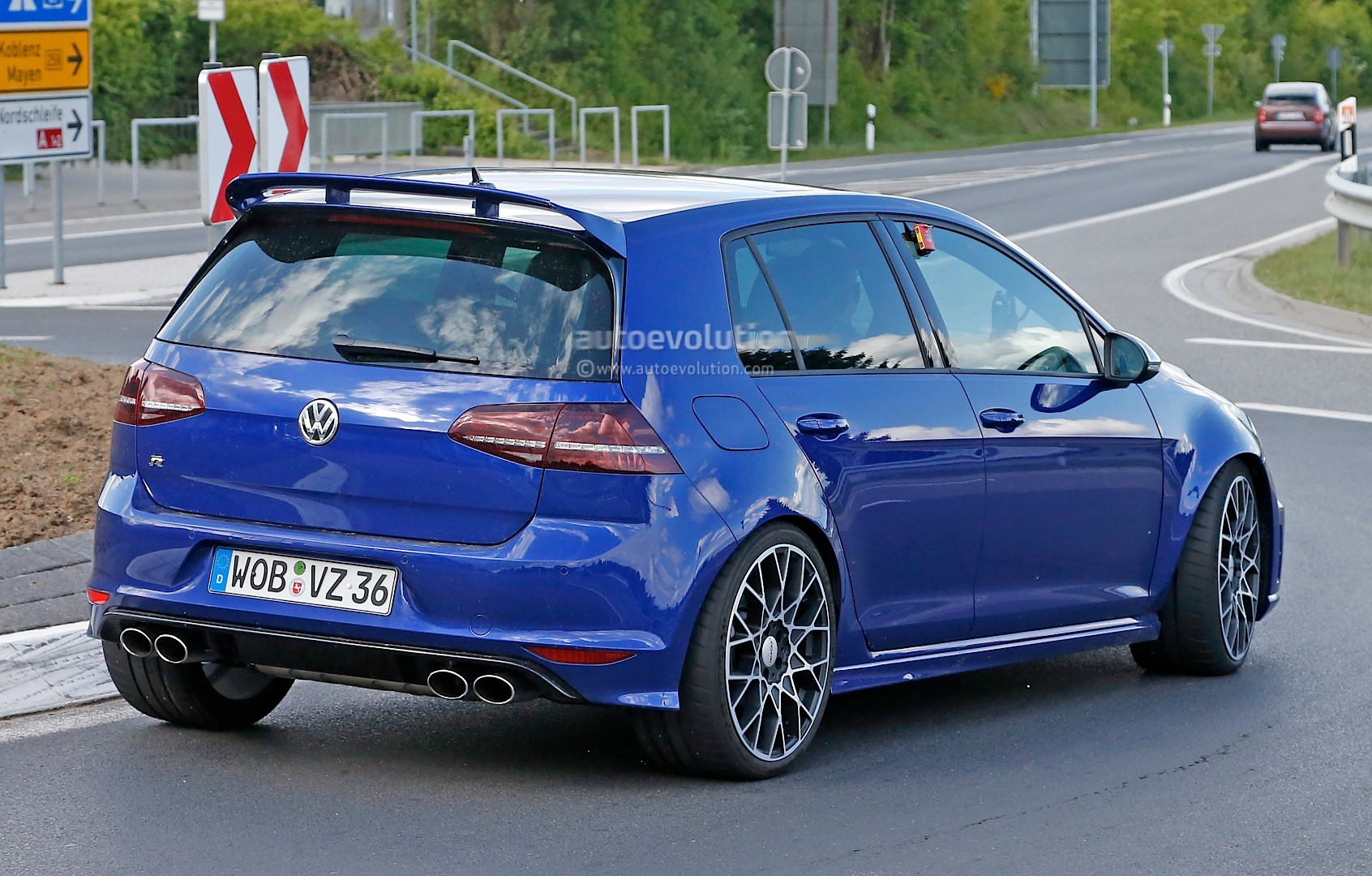 2016 volkswagen golf r400 first spy photos show hyper hatch with awd autoevolution. Black Bedroom Furniture Sets. Home Design Ideas