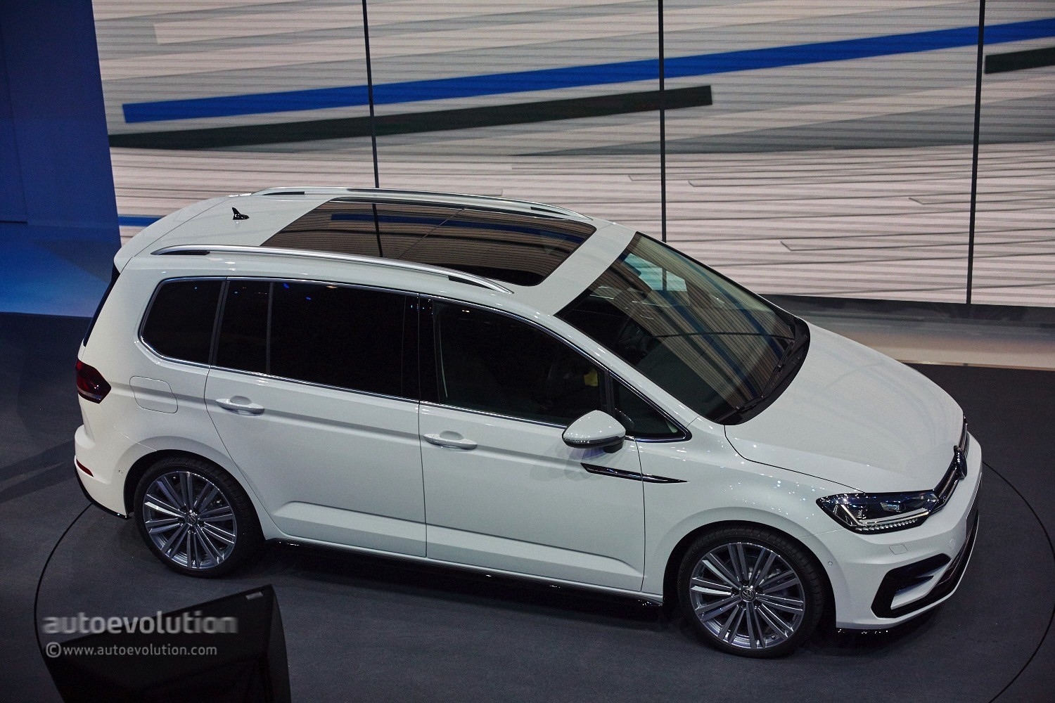 2016 volkswagen touran debuts class leading mpv. Black Bedroom Furniture Sets. Home Design Ideas