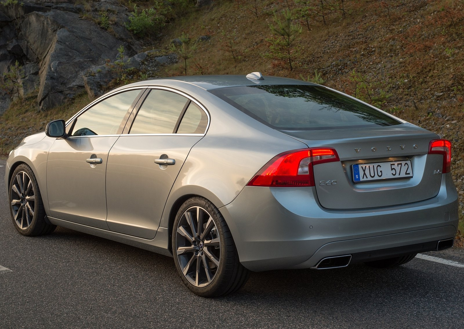 2016 volvo s60 inscription costs 36 695 s60 cross country is 44 495 photo gallery. Black Bedroom Furniture Sets. Home Design Ideas