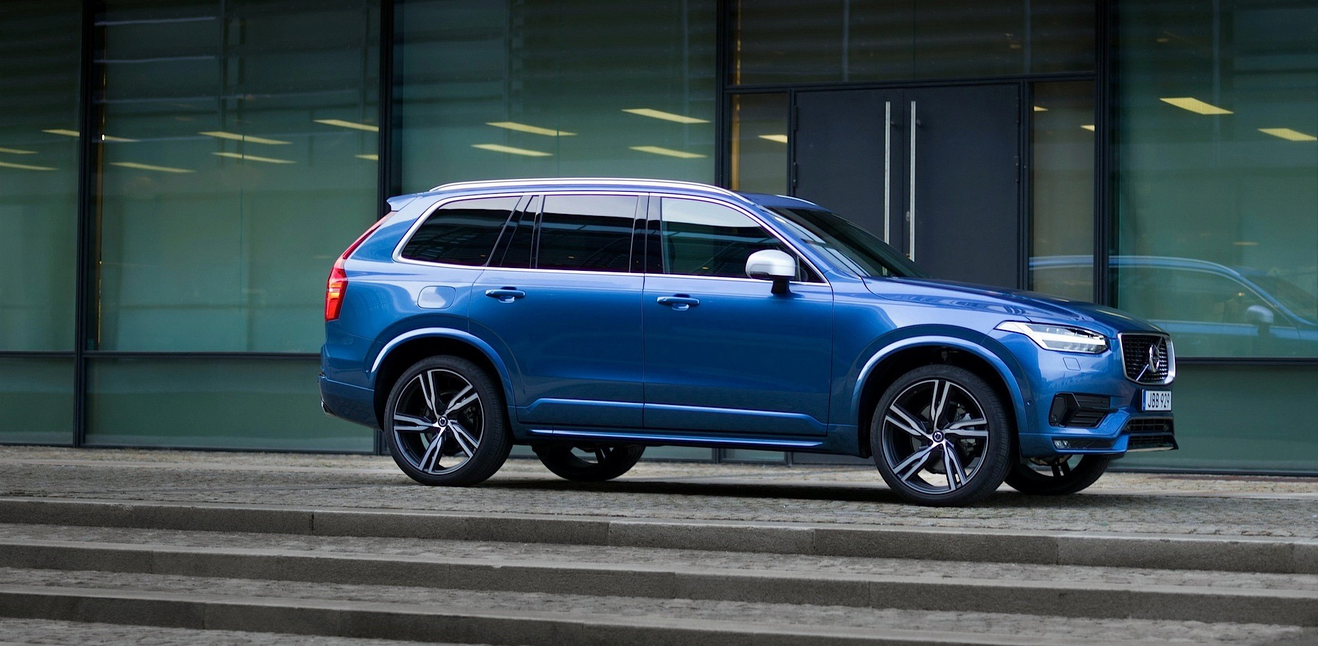 2016 Volvo Xc90 R Design Shows More Aggressive Design And