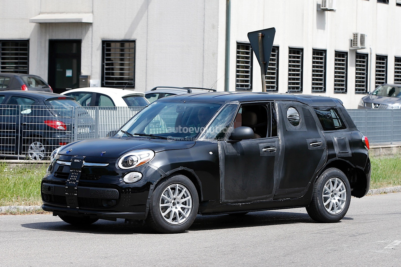 2017 alfa romeo tipo 949 crossover suv spied wearing a fiat 500l body autoevolution. Black Bedroom Furniture Sets. Home Design Ideas